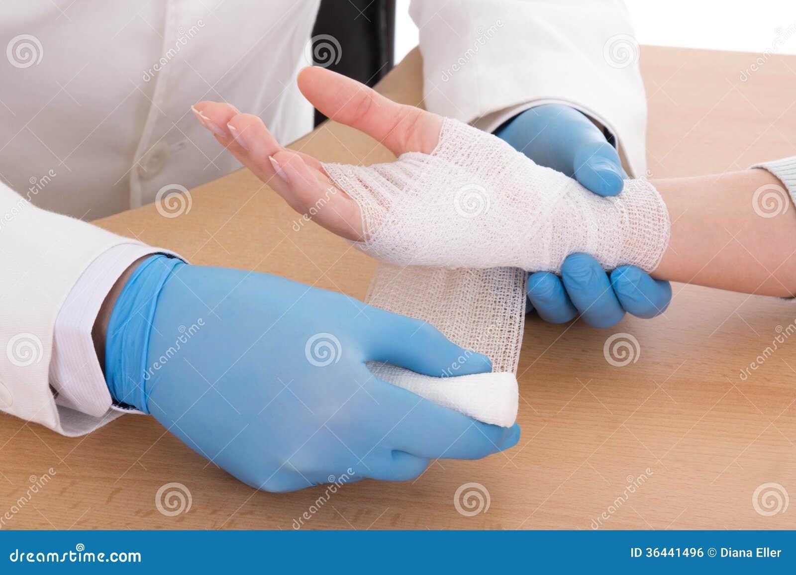 关闭包扎女性手的年轻男性医生