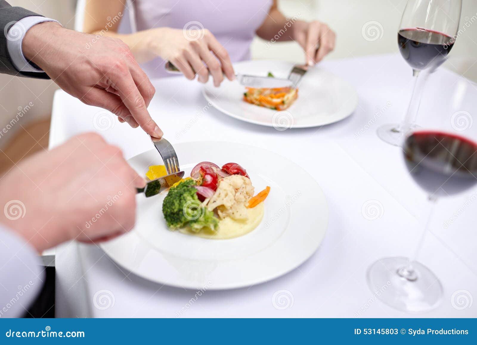 关闭吃开胃菜的夫妇在餐馆