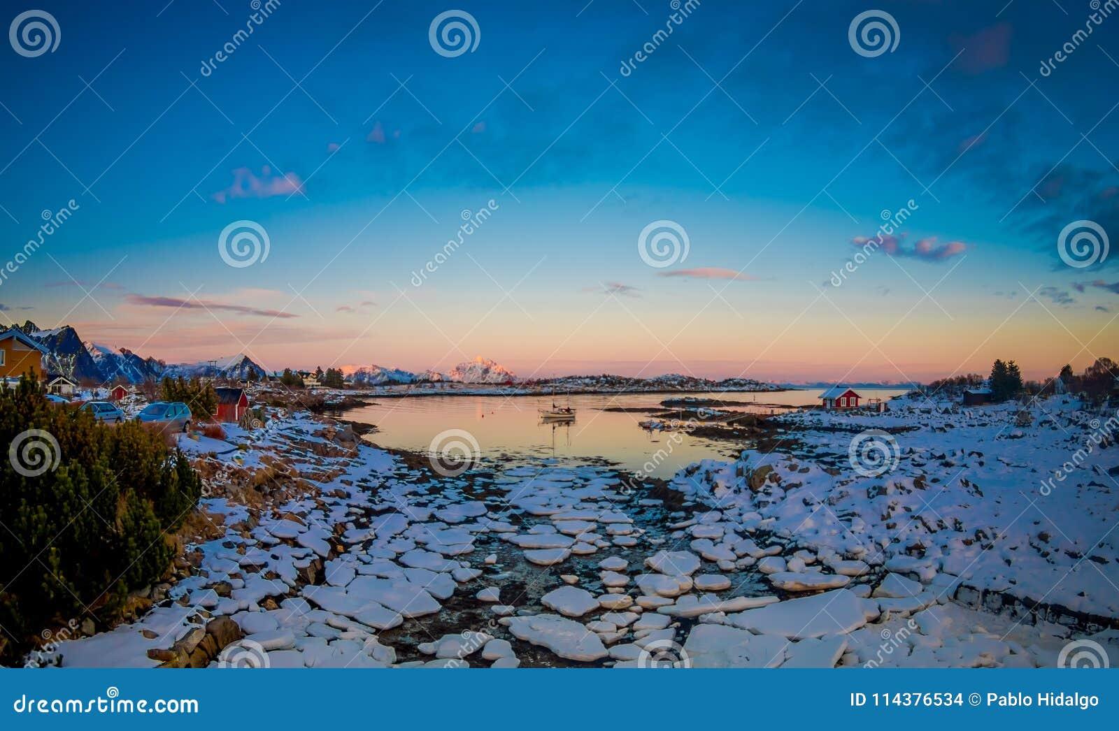 关闭在一个冻湖的低潮期间被忘记的冰中小型的片断
