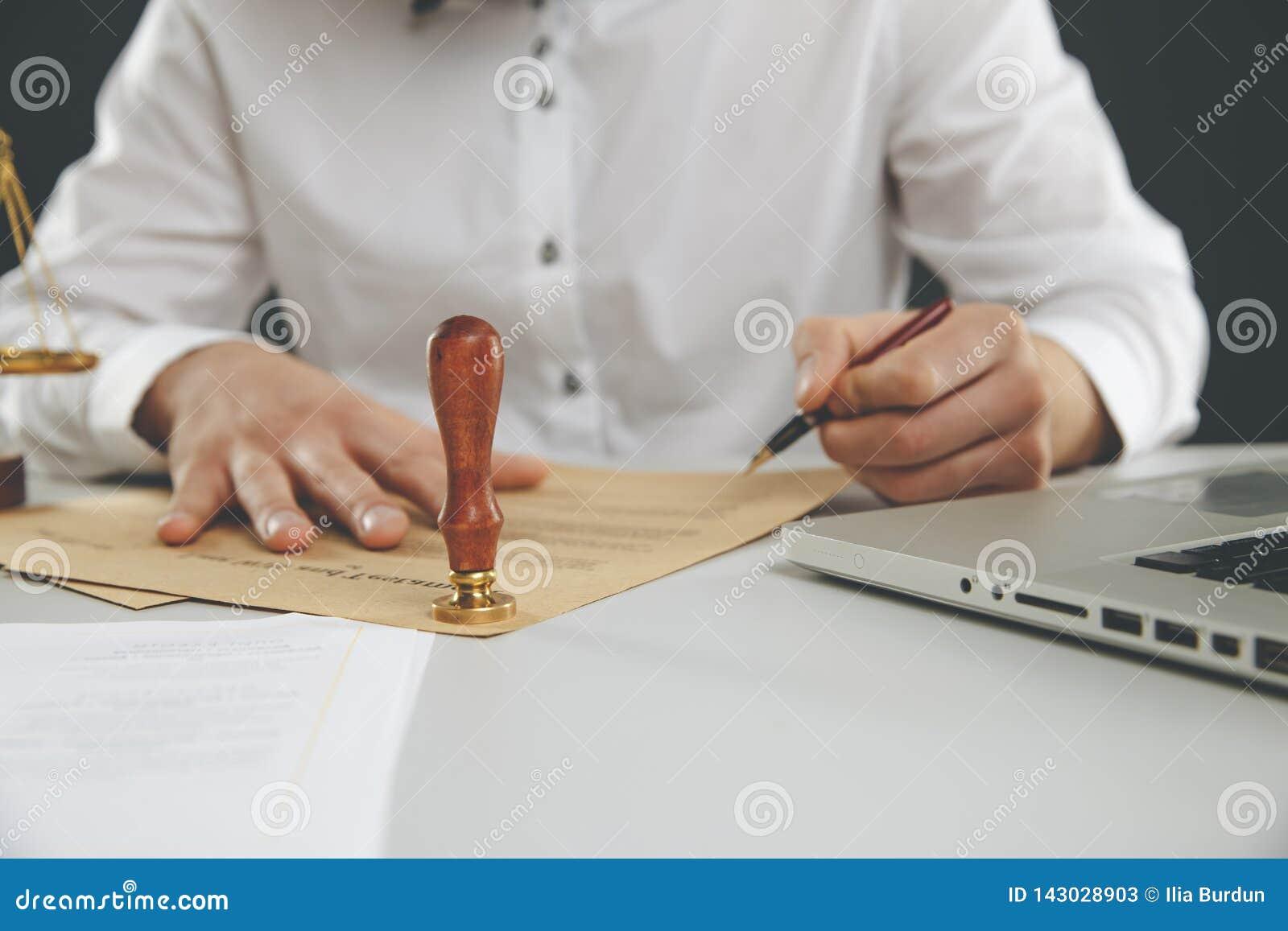 关闭在人公证人盖印本文的手墨水 公证人