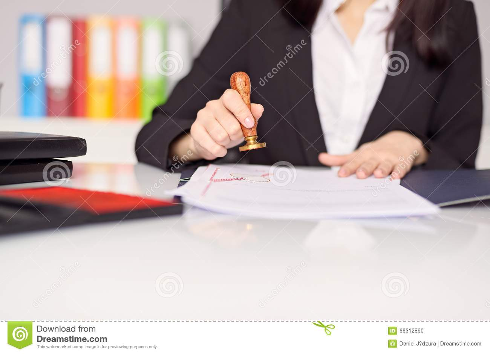 关闭在妇女的盖印本文的公证人手上