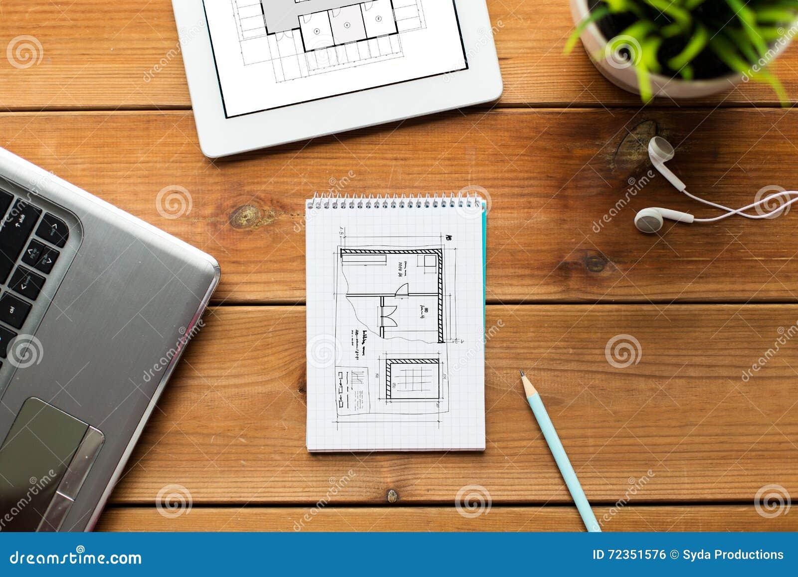 关闭在木头的笔记本、膝上型计算机和片剂个人计算机