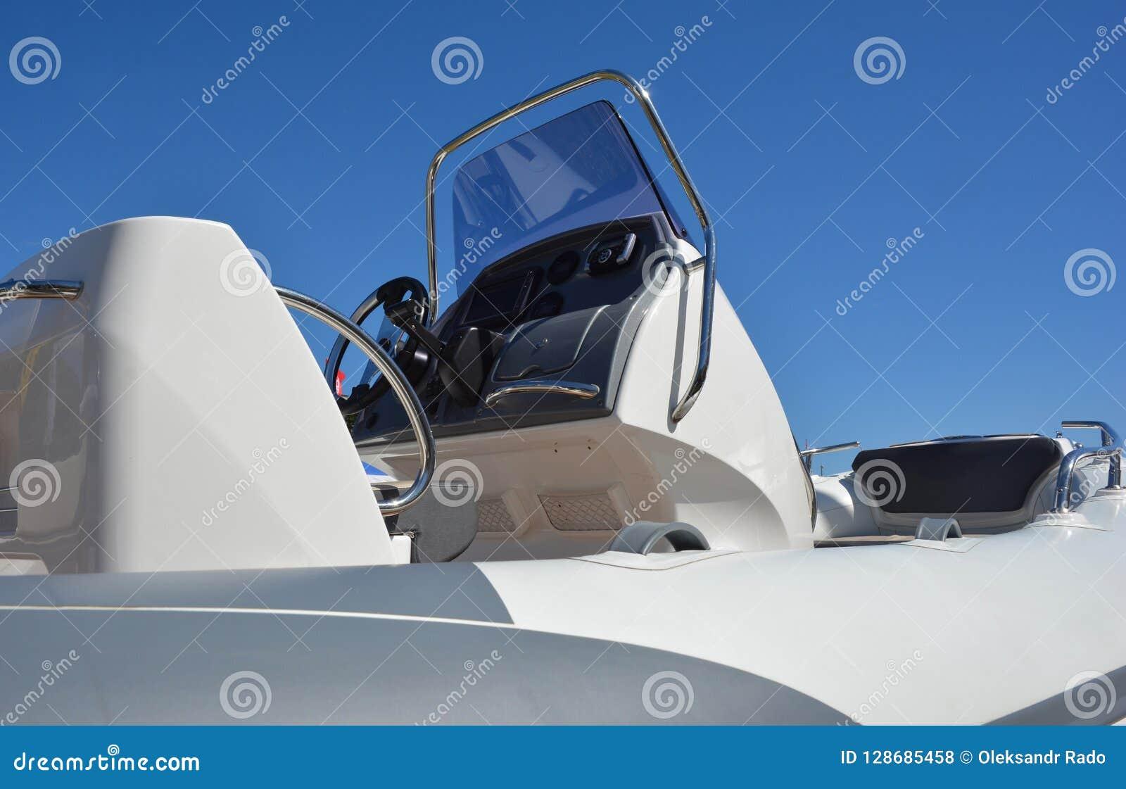 关闭在汽艇,快艇细节 汽艇、快艇或者快速汽艇是由引擎供给动力的小船