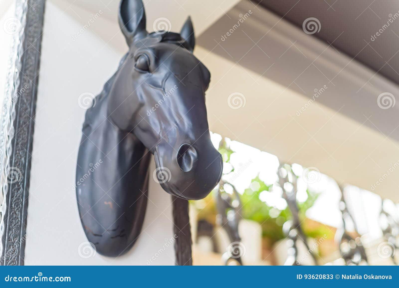 关闭在用于装饰的墙壁上的马头