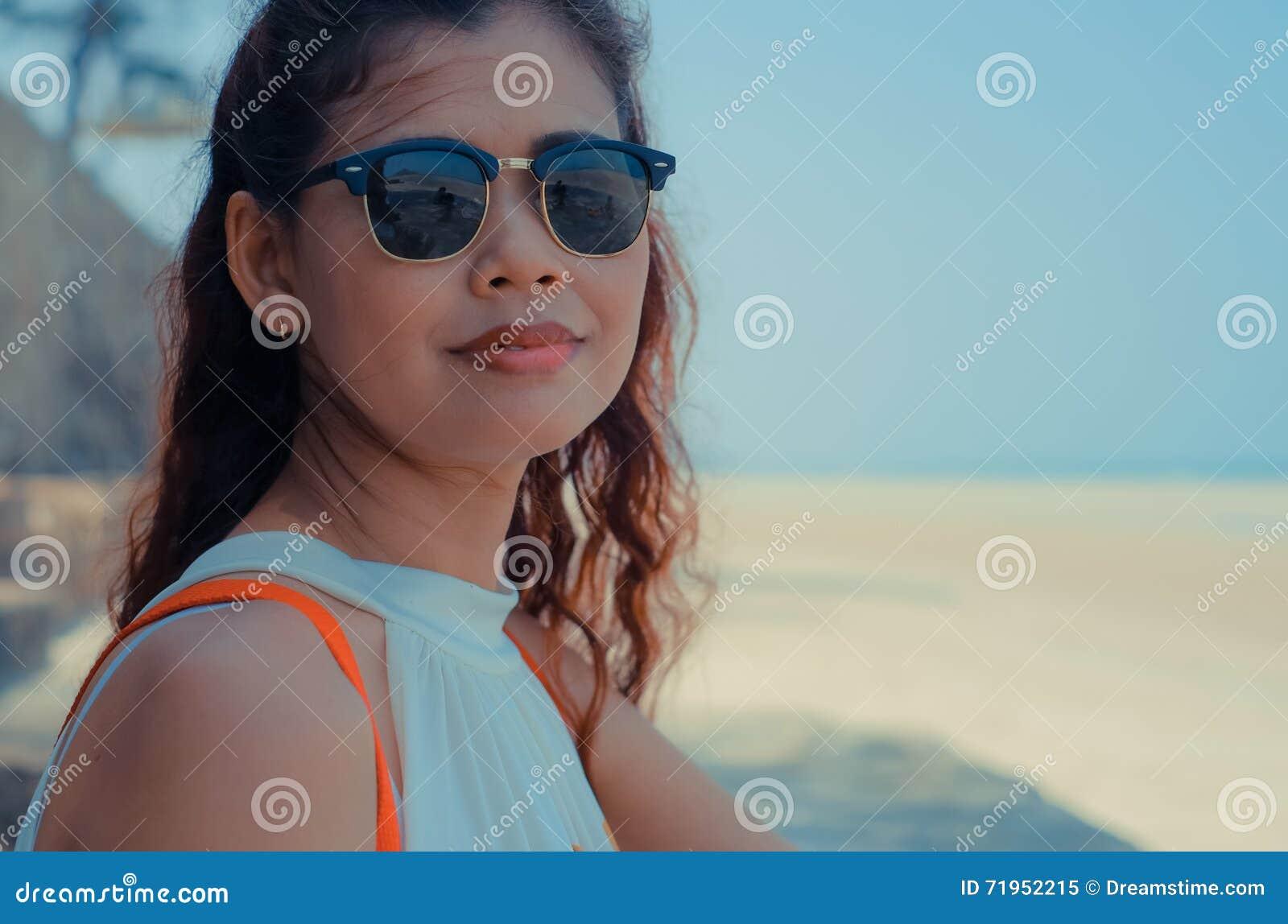 关闭在被日光照射了泰国海滩的模型