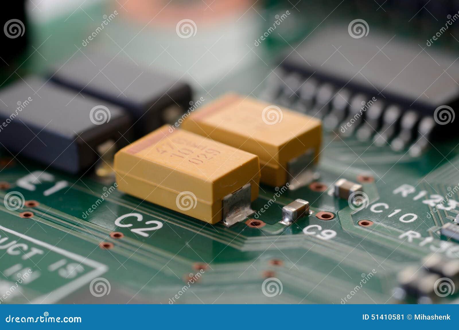 关闭在PCB的钽电容器