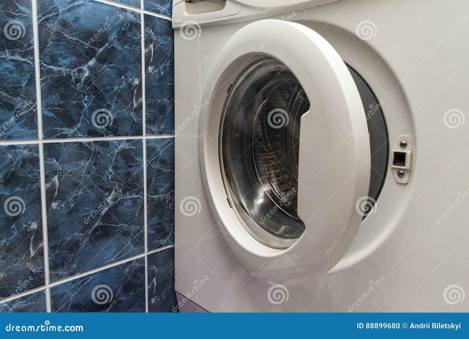 关闭开放洗衣机在卫生间里
