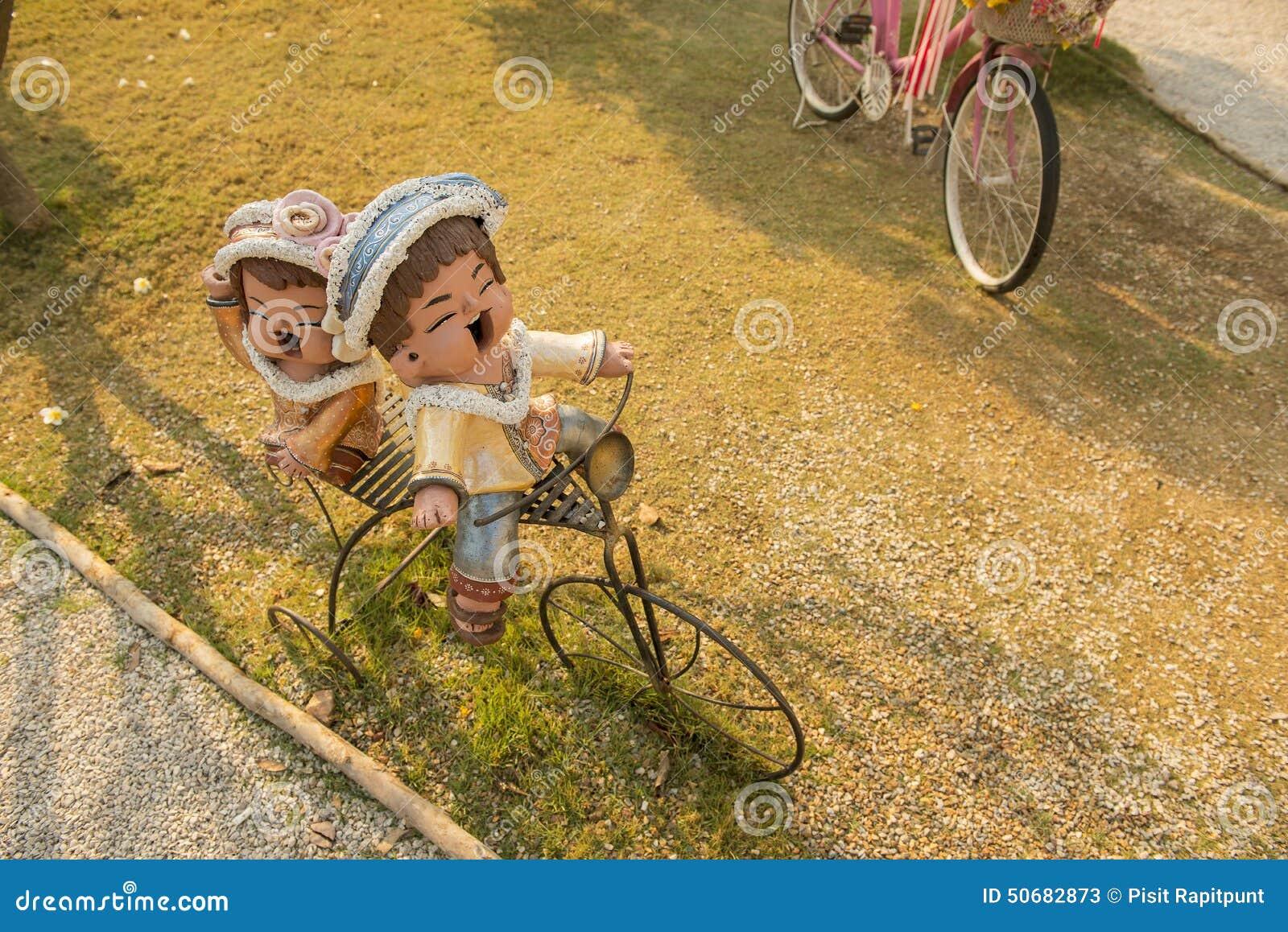 Download 关闭弯曲的钢美丽上升了在黄色公园长椅 库存例证. 插画 包括有 小雕象, 喜悦, 女孩, 瓦器, 使用, 手工制造 - 50682873