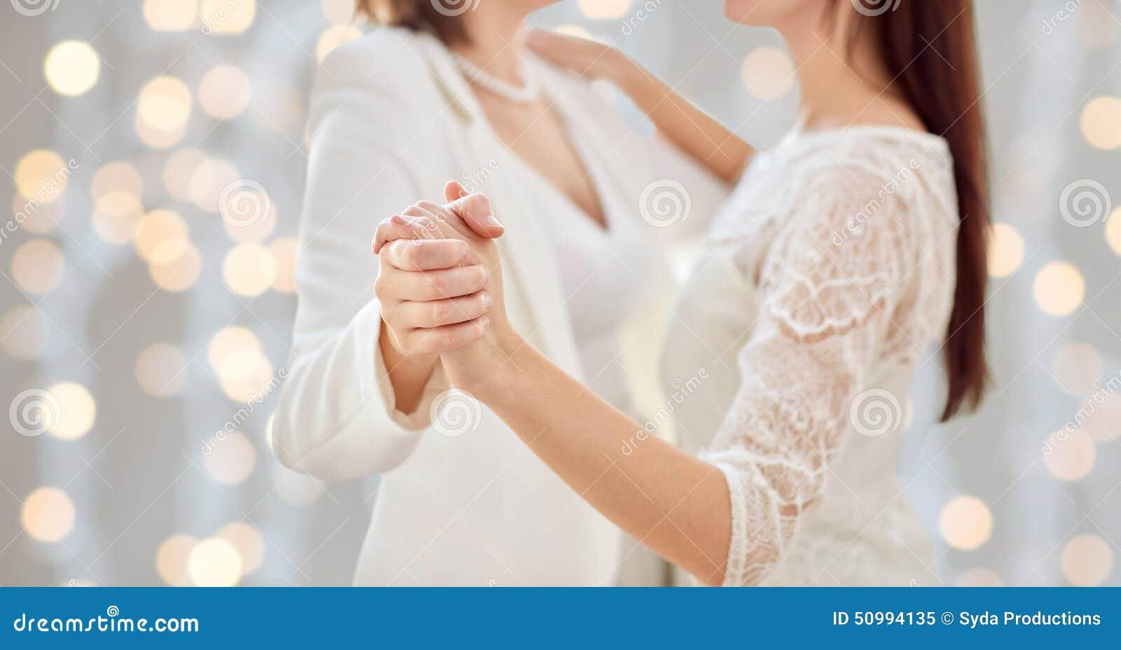 人们,同性恋,同性婚姻和爱概念-接近愉快的结婚的女同性恋的夫妇跳舞
