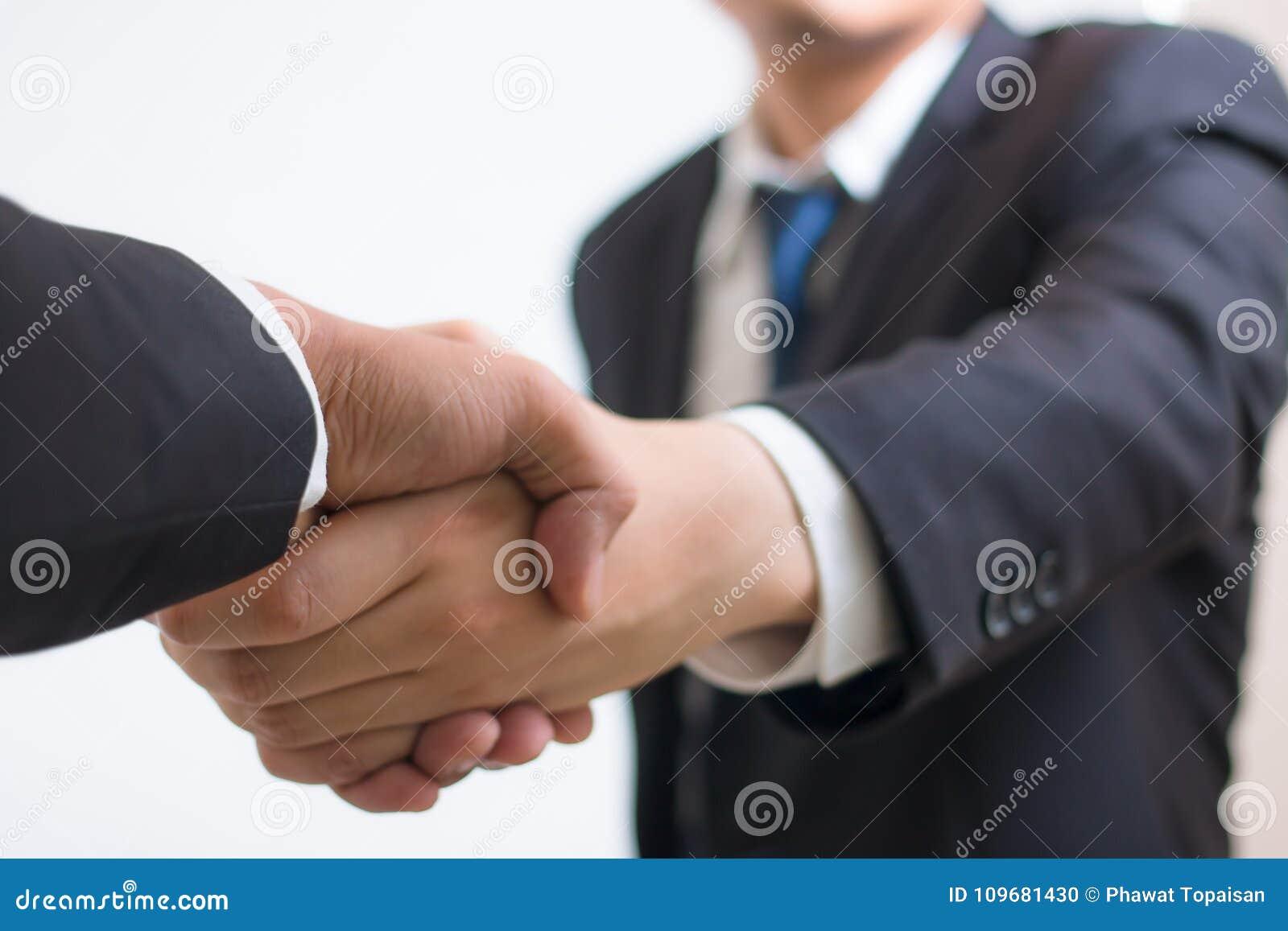 关闭投资者与伙伴供营商的商人握手 握手的商人使用作为企业成功概念,