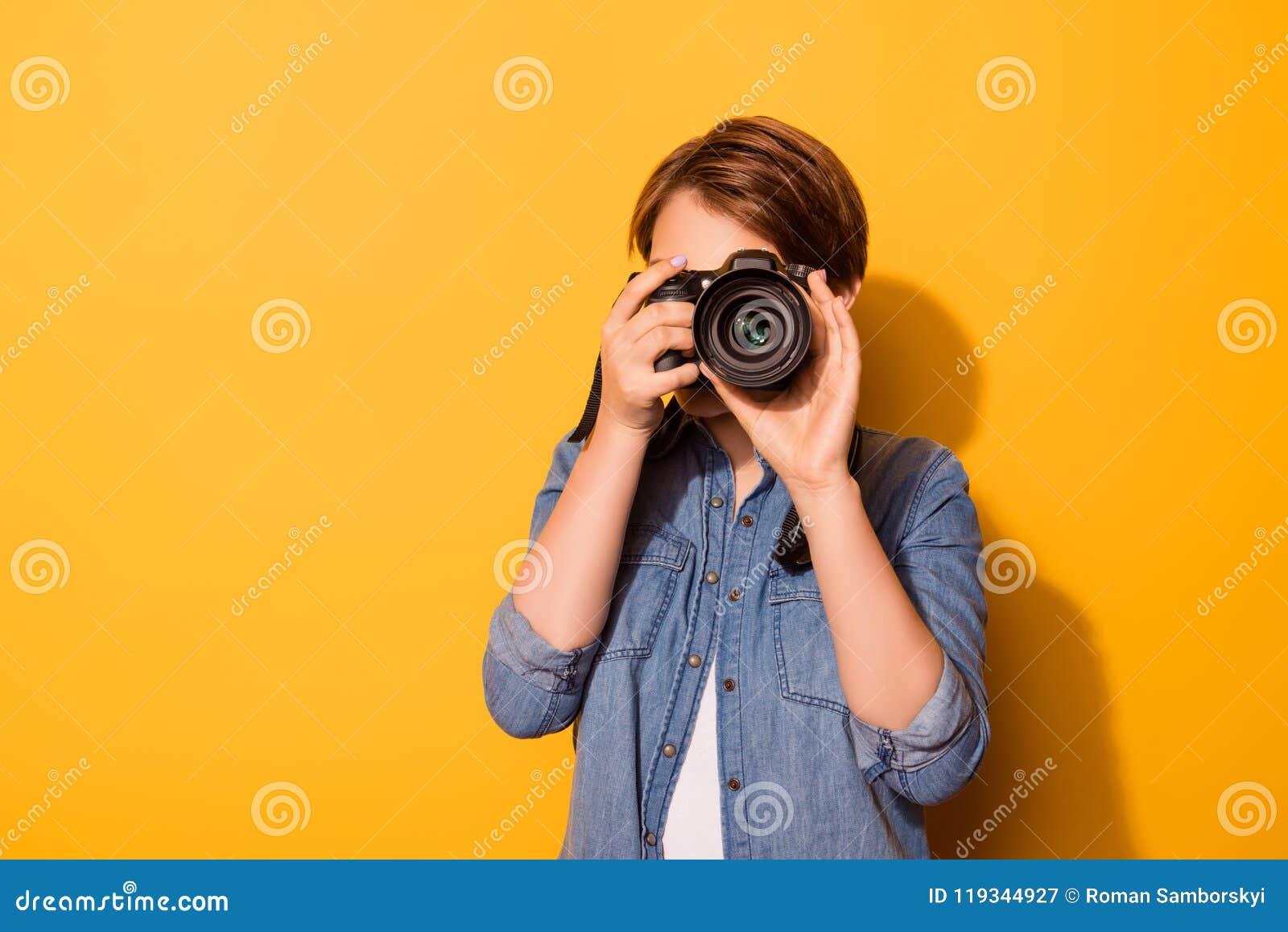 关闭拍摄与camer的女性摄影师照片