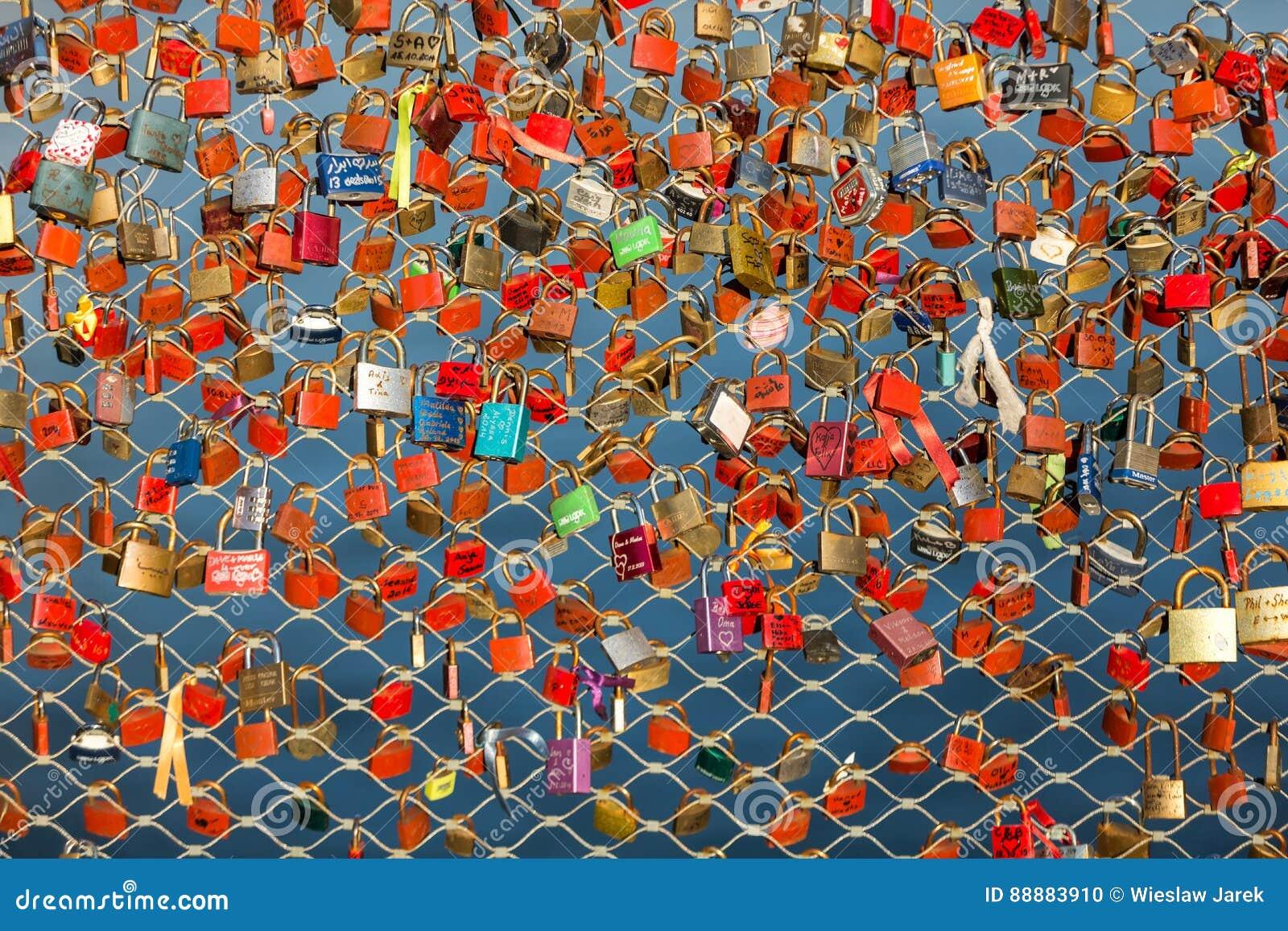 关闭挂锁作为永恒爱的标志在一座桥梁在萨尔茨堡