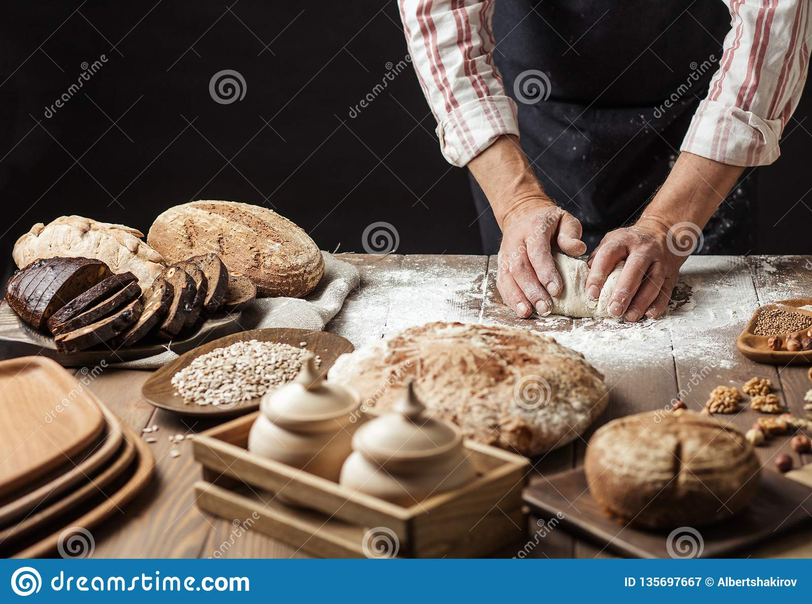 关闭揉面团和做与一根滚针的面包师手面包