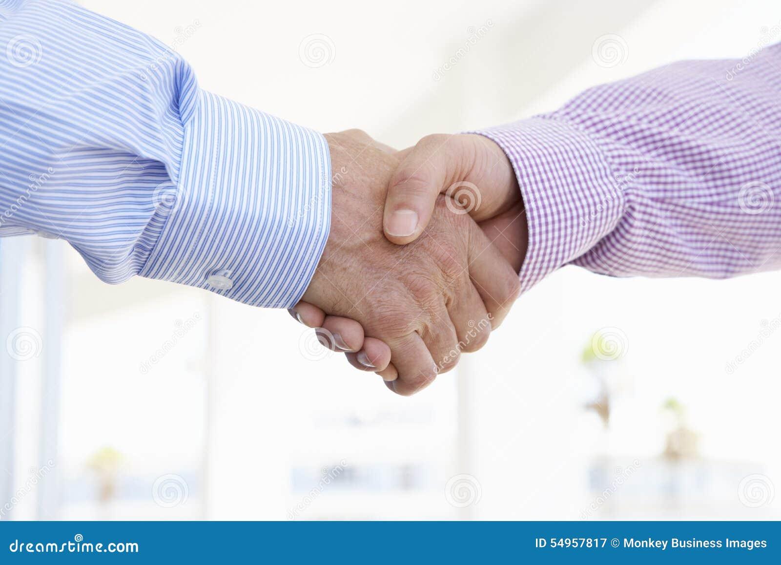 关闭握手的两个人