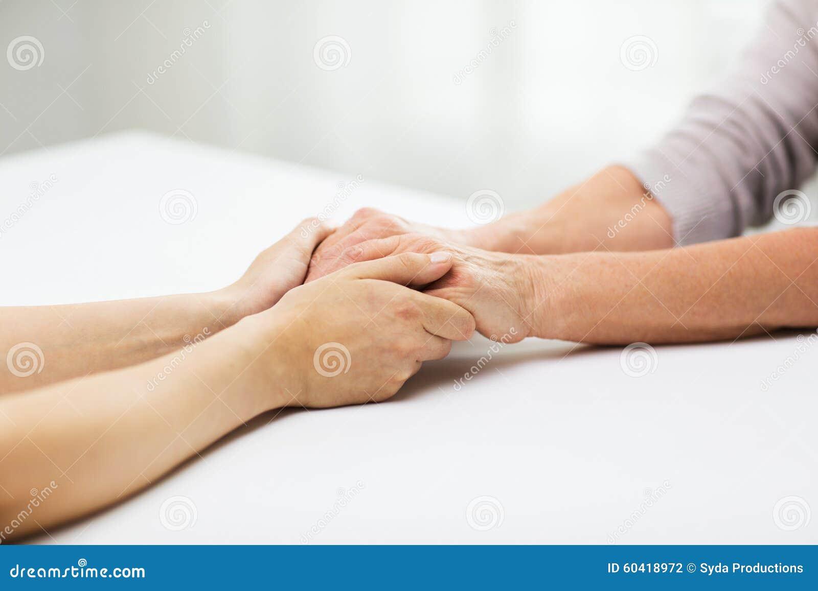 关闭握手的资深和少妇