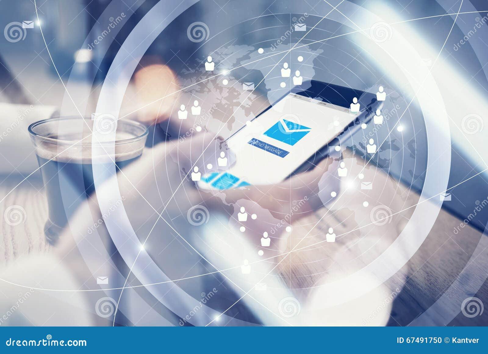 关闭普通举行在短信的消息的女性手上的设计巧妙的电话 消息送象屏幕 界面
