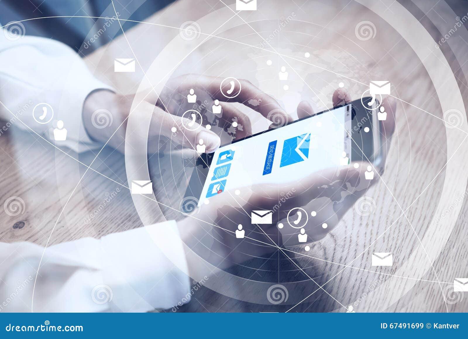 关闭普通举行在短信的消息的女性手上的设计巧妙的电话 电子邮件送象屏幕 界面