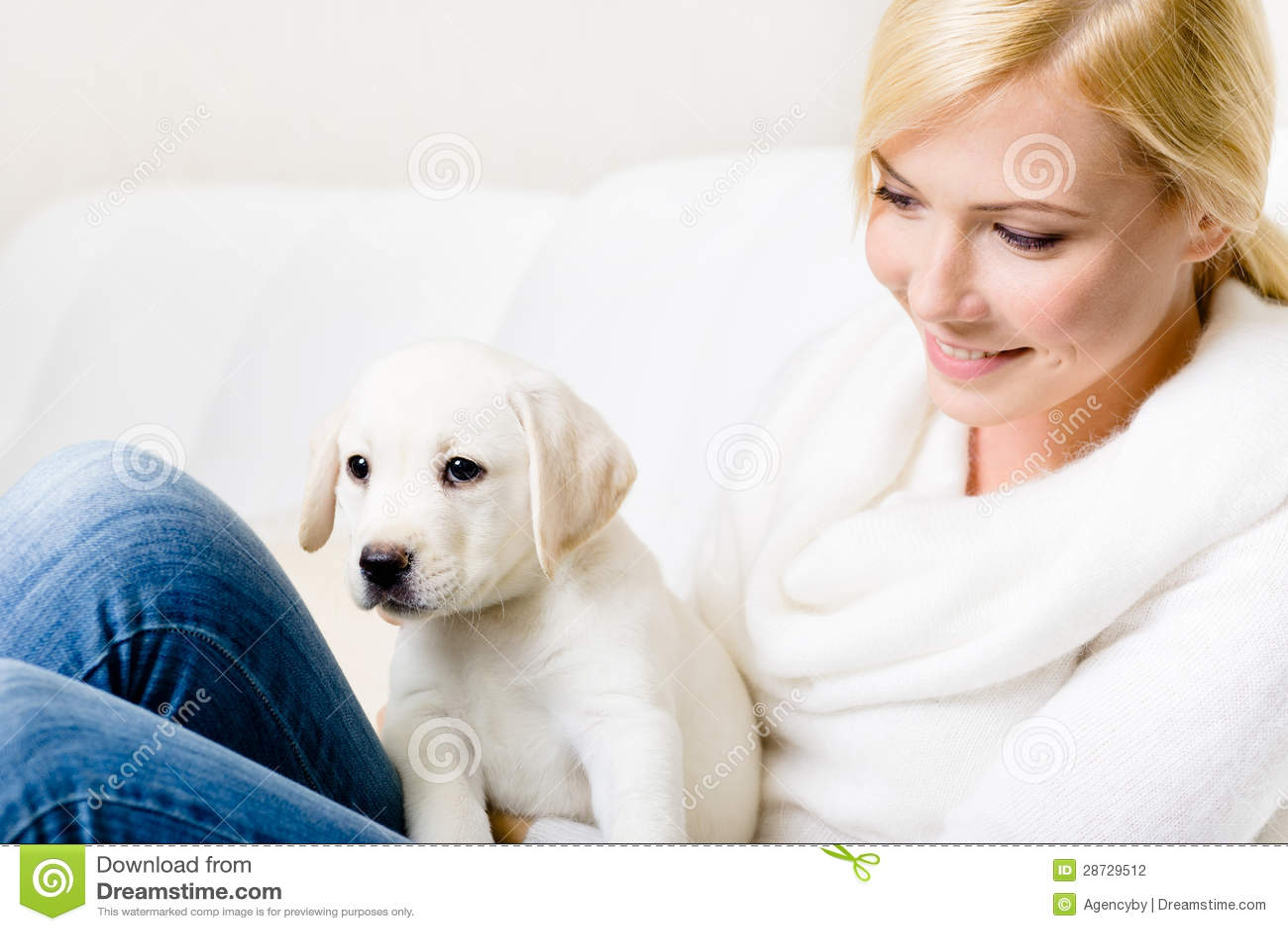 关闭有小狗的妇女在她的膝盖