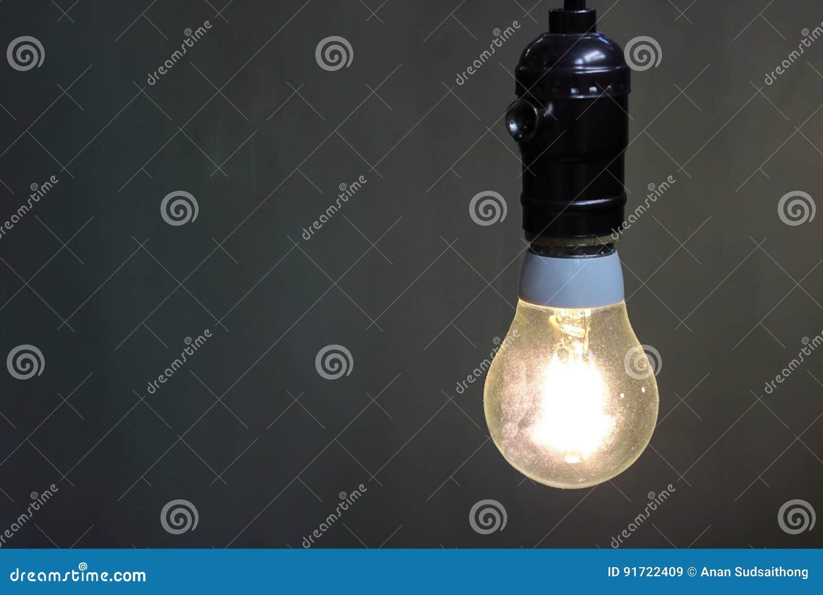 关闭有拷贝空间的,电灯泡一盏减速火箭的轻的灯装饰在黑背景中