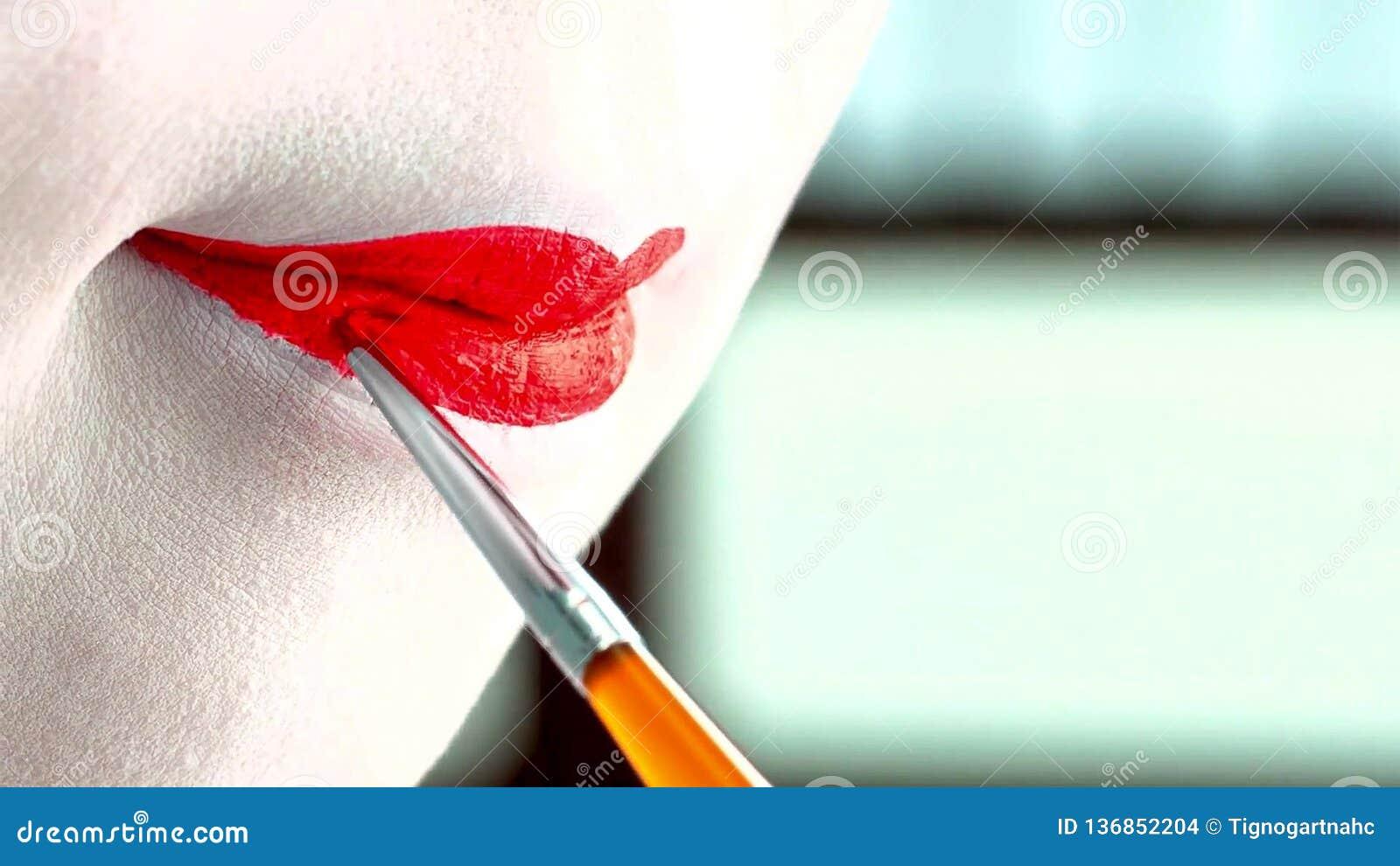 关闭有经典日语的一名妇女组成在她的嘴唇 有红色嘴唇的艺妓