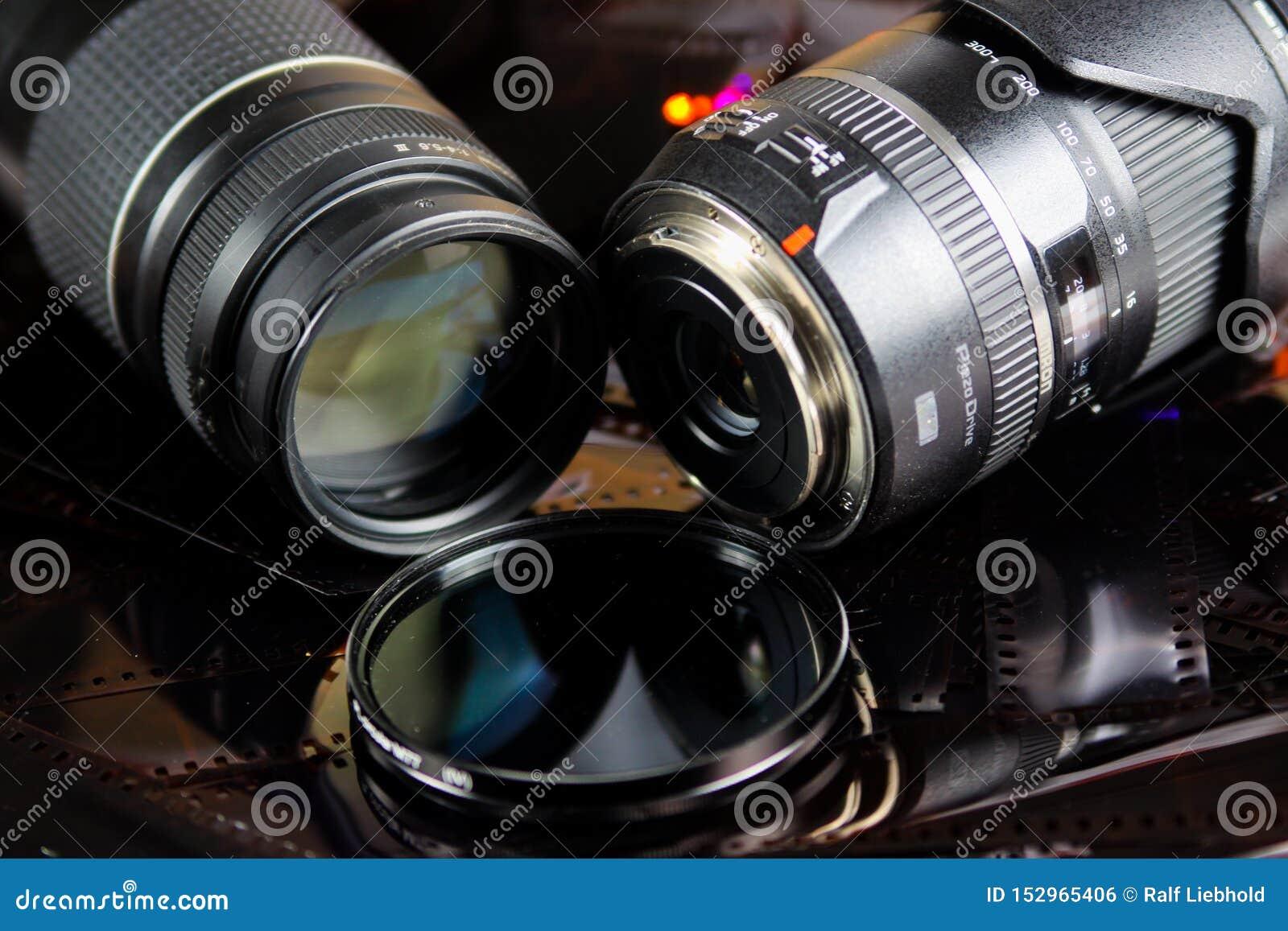 关闭有被隔绝的圆过滤器的两镜头在底片小条