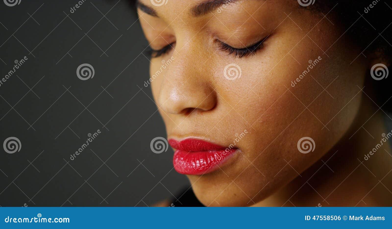 闭上�9�/9/h9�9��o^�_关闭有闭上的眼睛的非洲妇女.