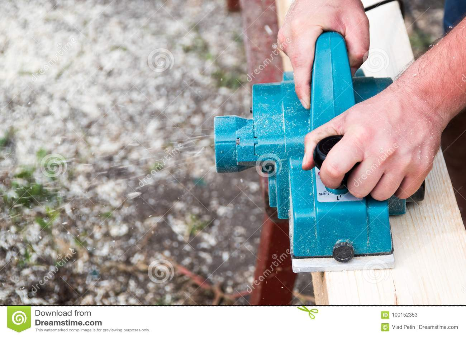 关闭木匠的手与在木板条的电整平机一起使用