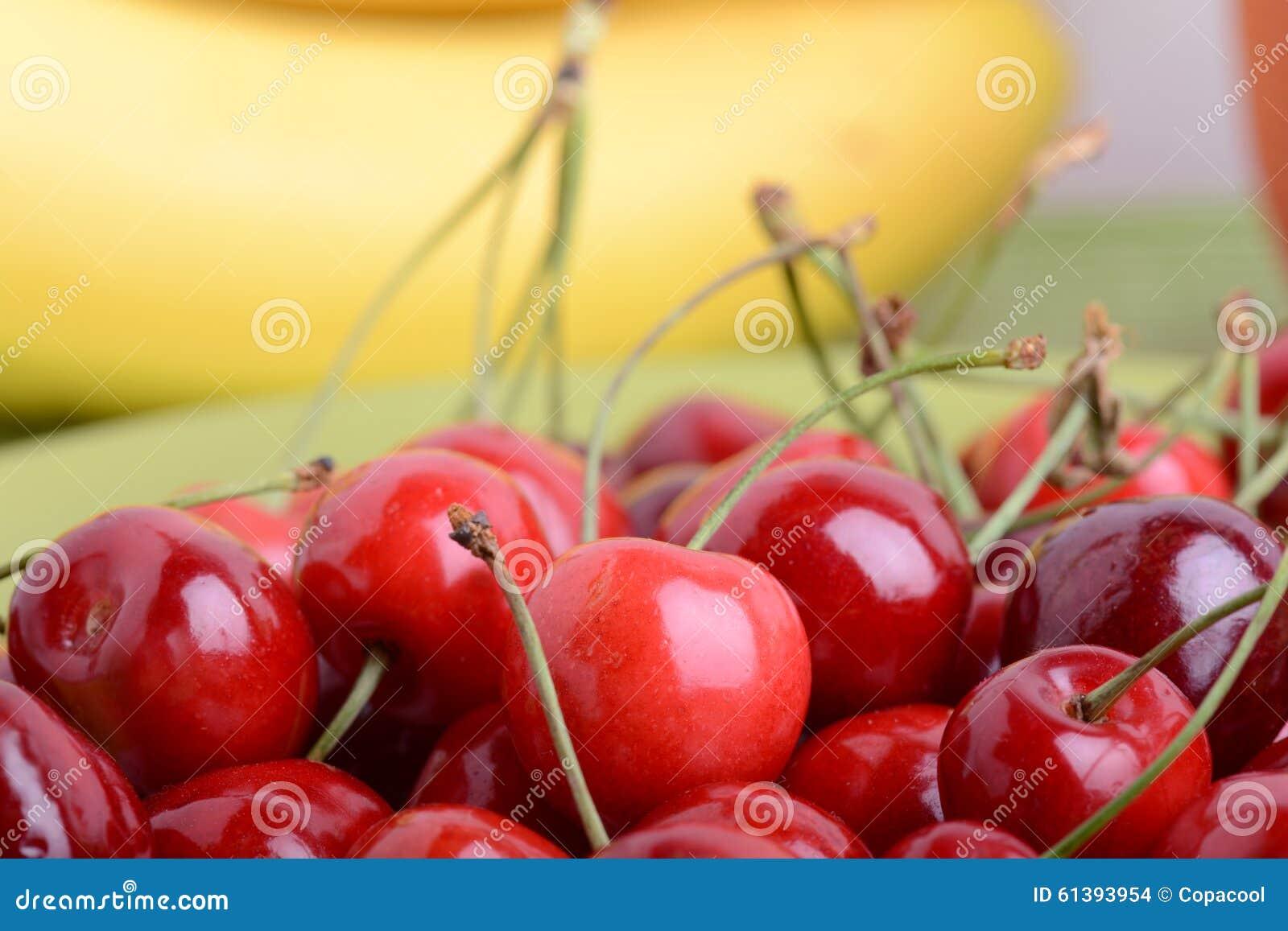 关闭果子包括樱桃和香蕉的新鲜的堆