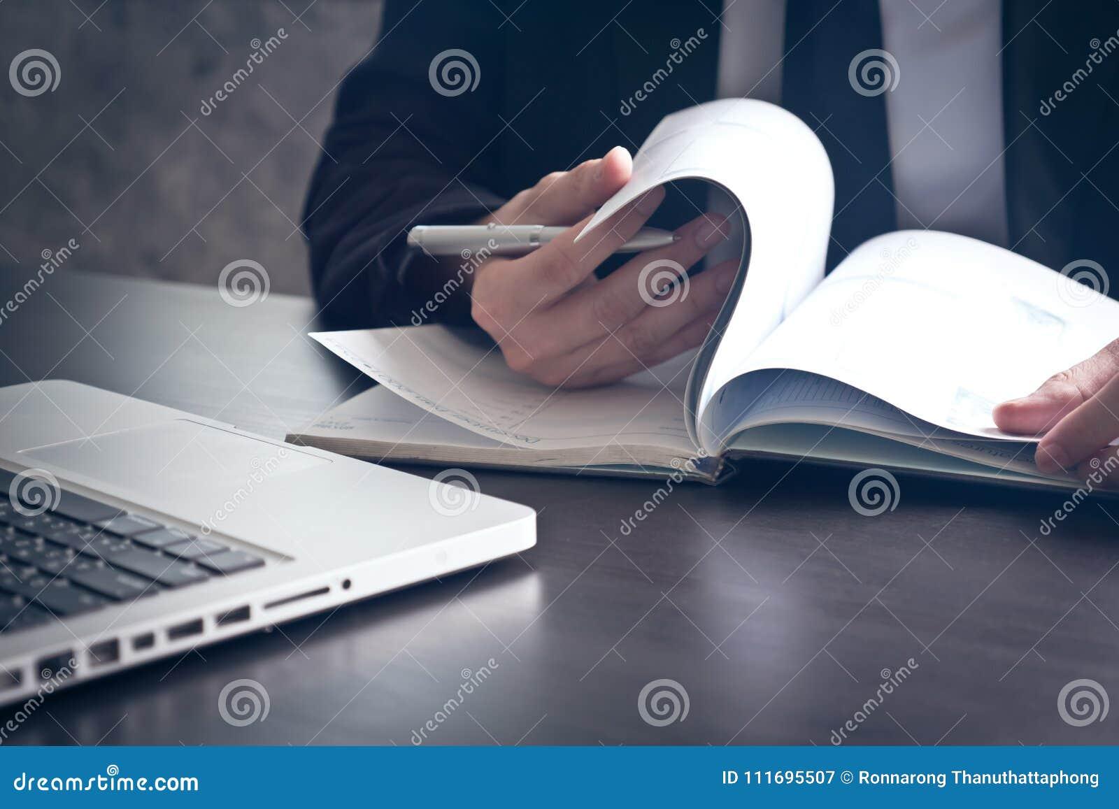 关闭检查在办公桌上的商人文件