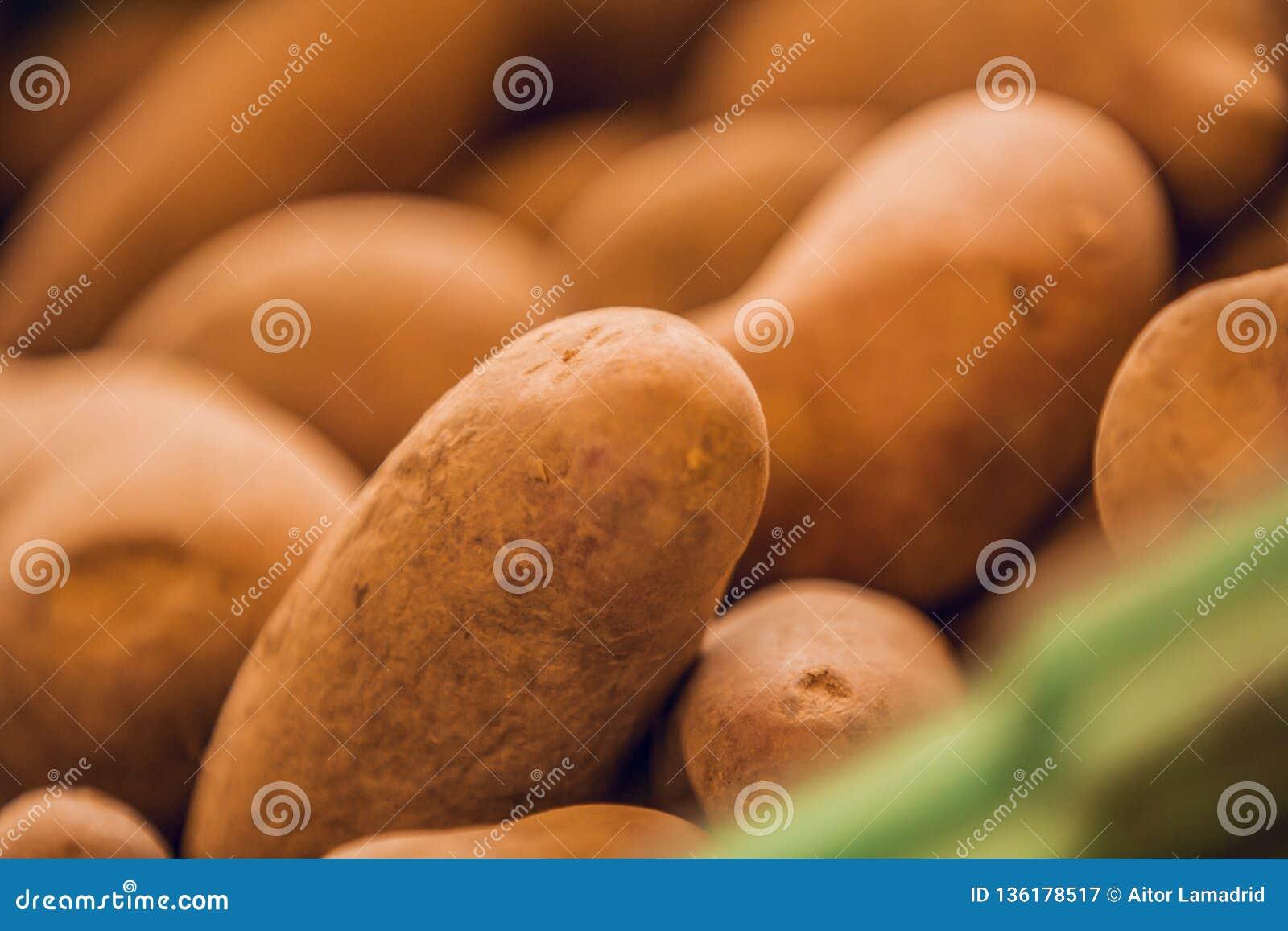 关闭棕色土豆在市场上