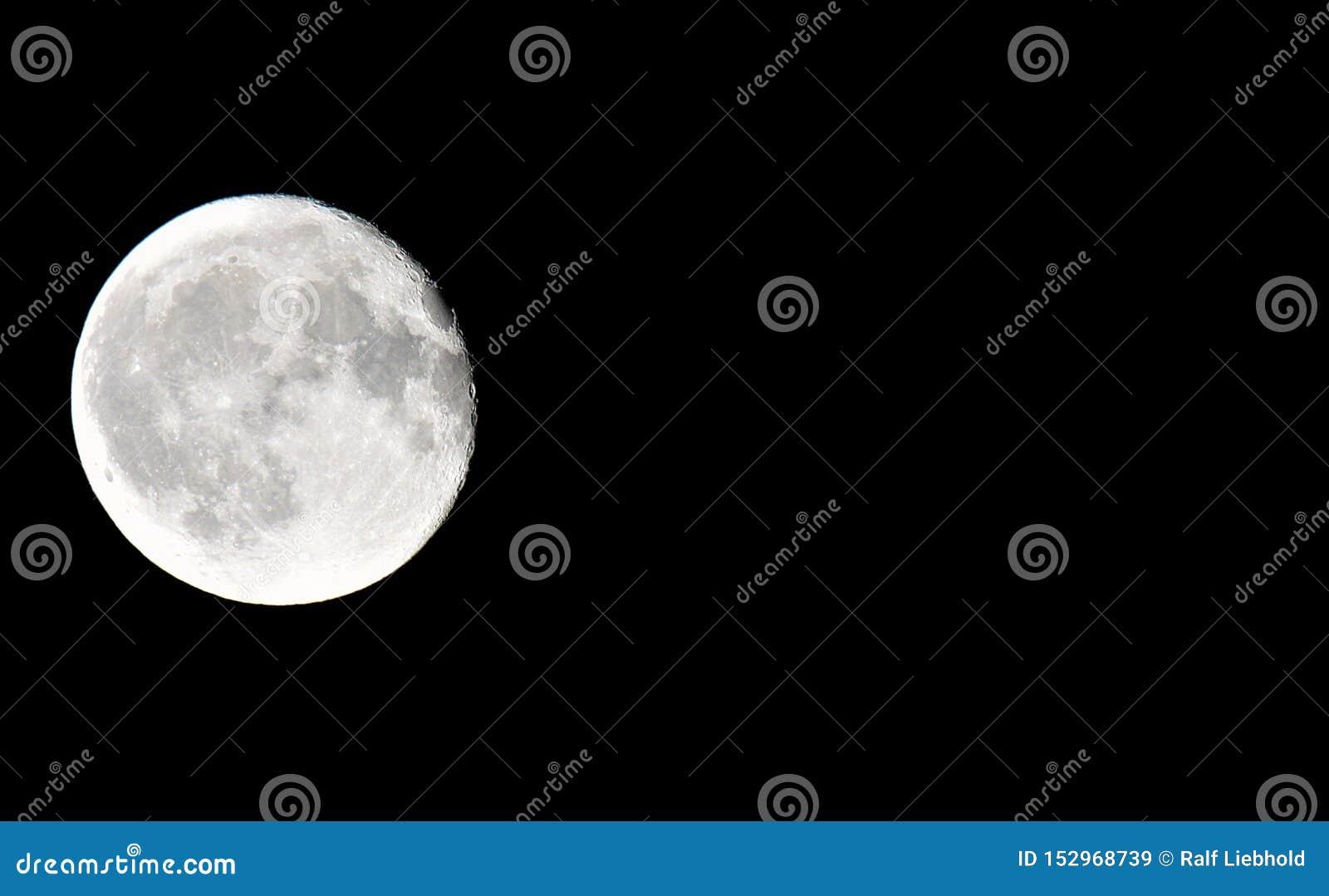 关闭满月有黑背景在与拷贝空间的照片的左面