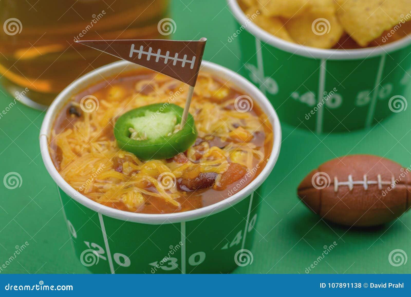 关闭碗辣椒用jalepeno胡椒和橄榄球旗子