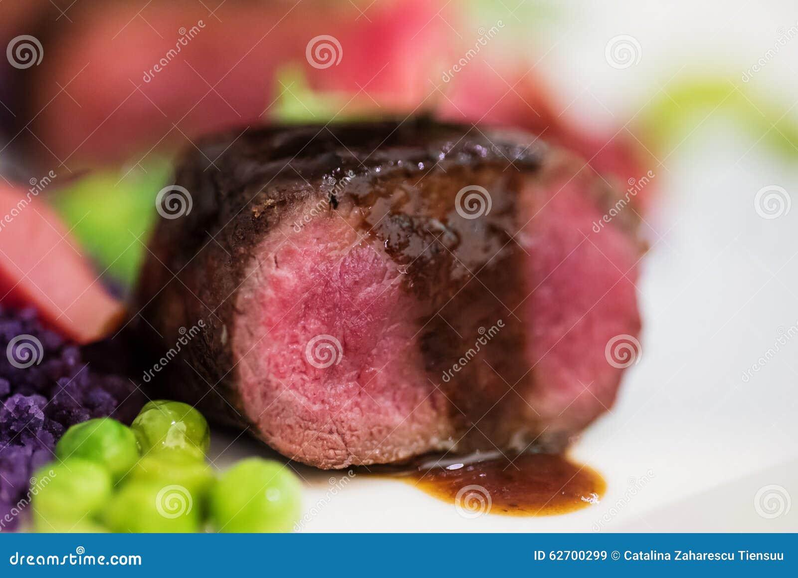 关闭羊排用的豌豆紫色土豆