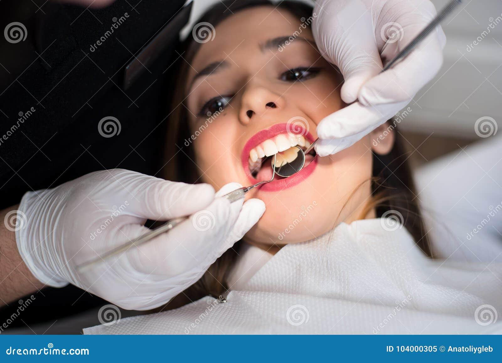 关闭美丽的女孩有牙齿检查在牙齿诊所