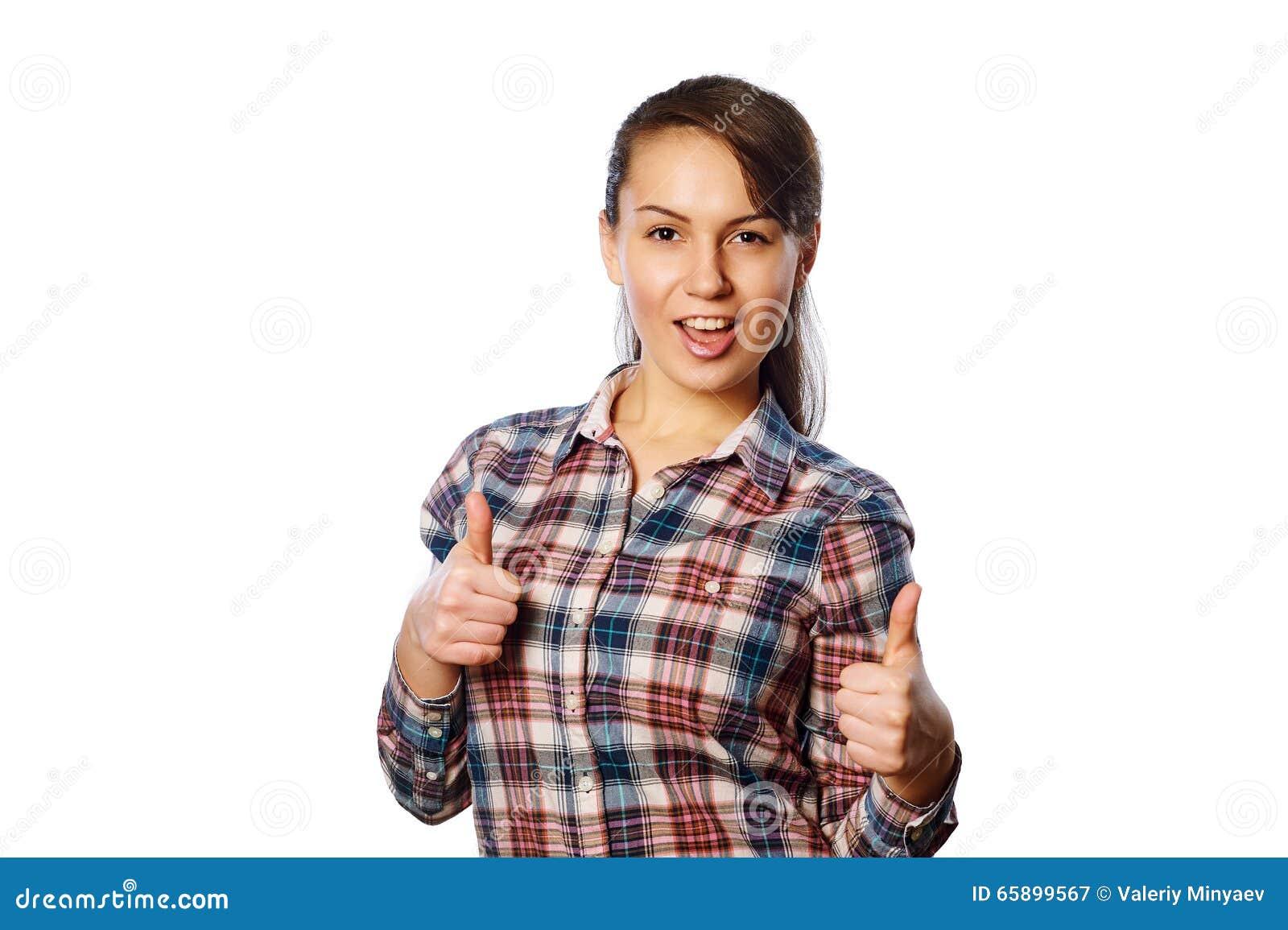 关闭美丽的微笑的少妇画象方格的衬衣的被隔绝在背景