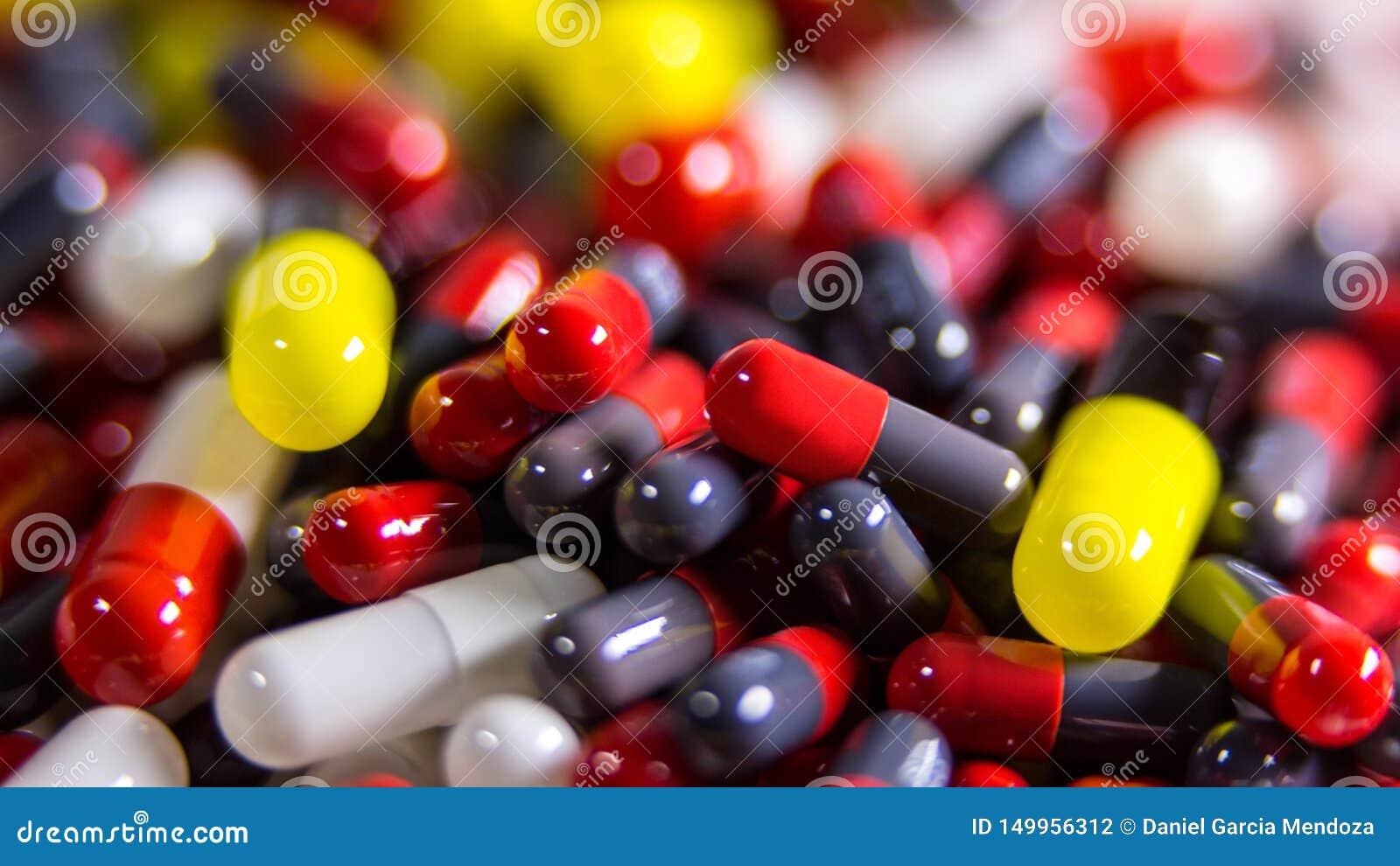 关闭许多不同的药片和片剂医学在白色背景