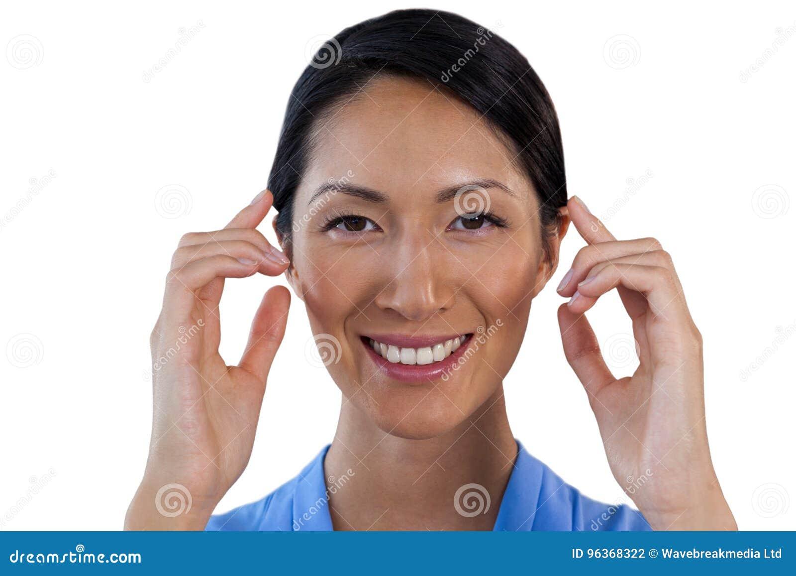 关闭调整无形的镜片的微笑的女实业家画象
