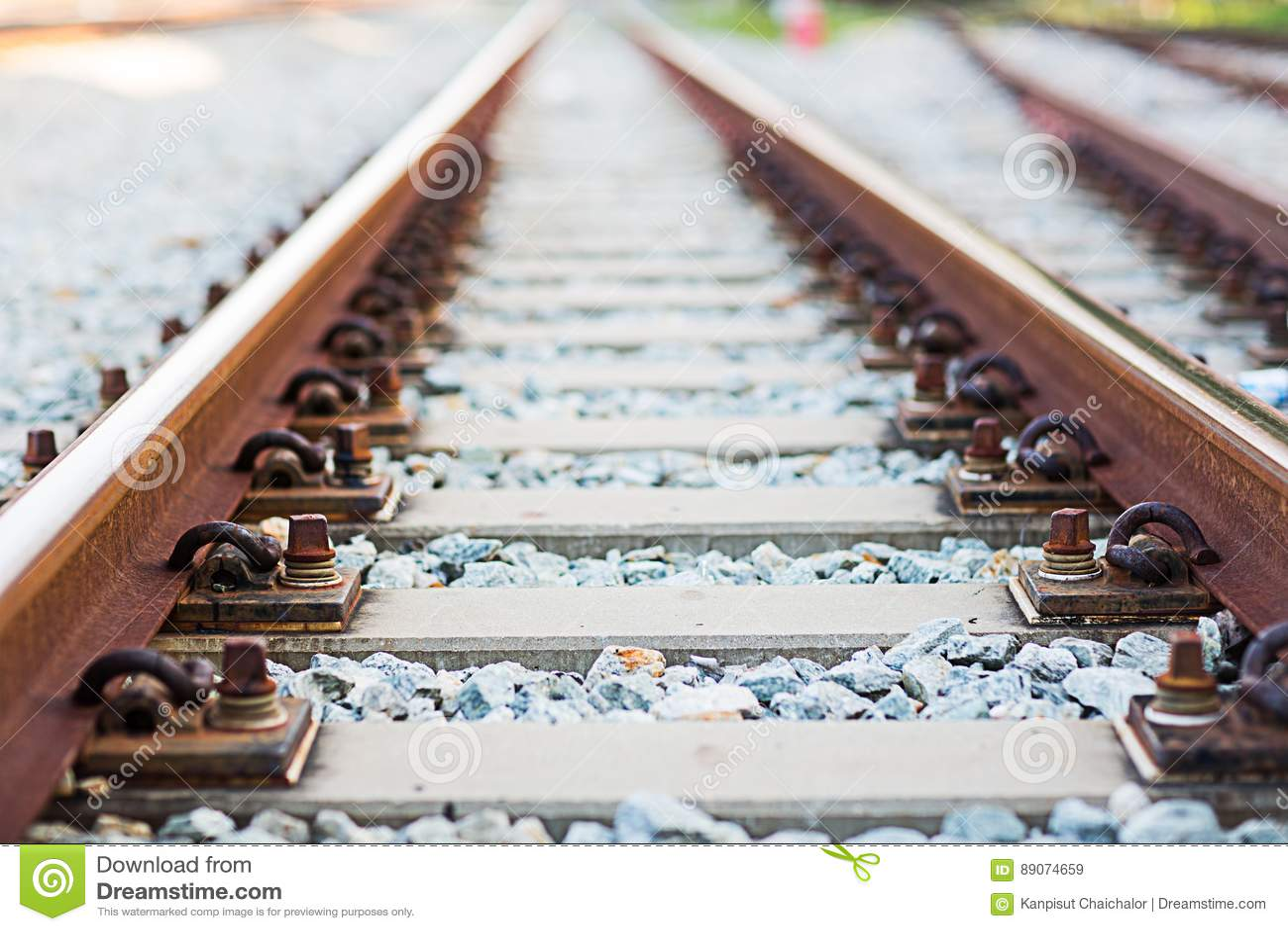 关闭路轨联接,有透视线的路轨船锚从铁轨