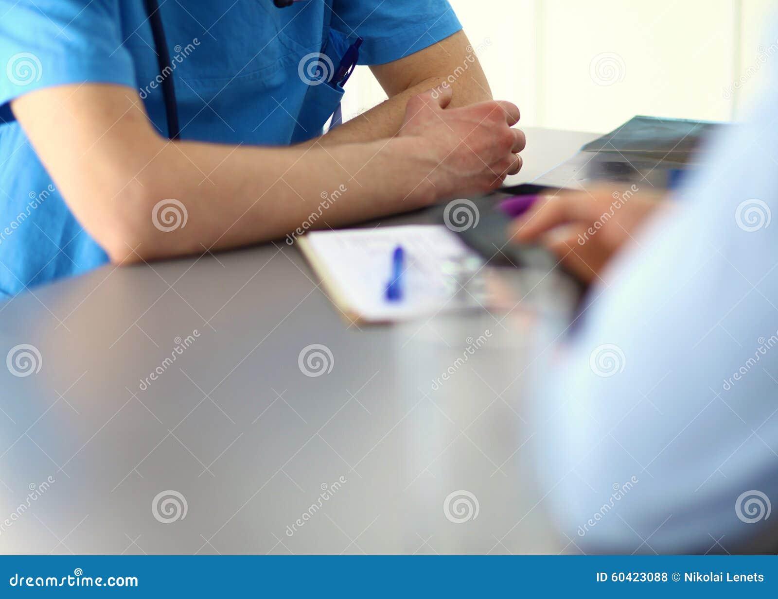 关闭采取笔记的患者和医生