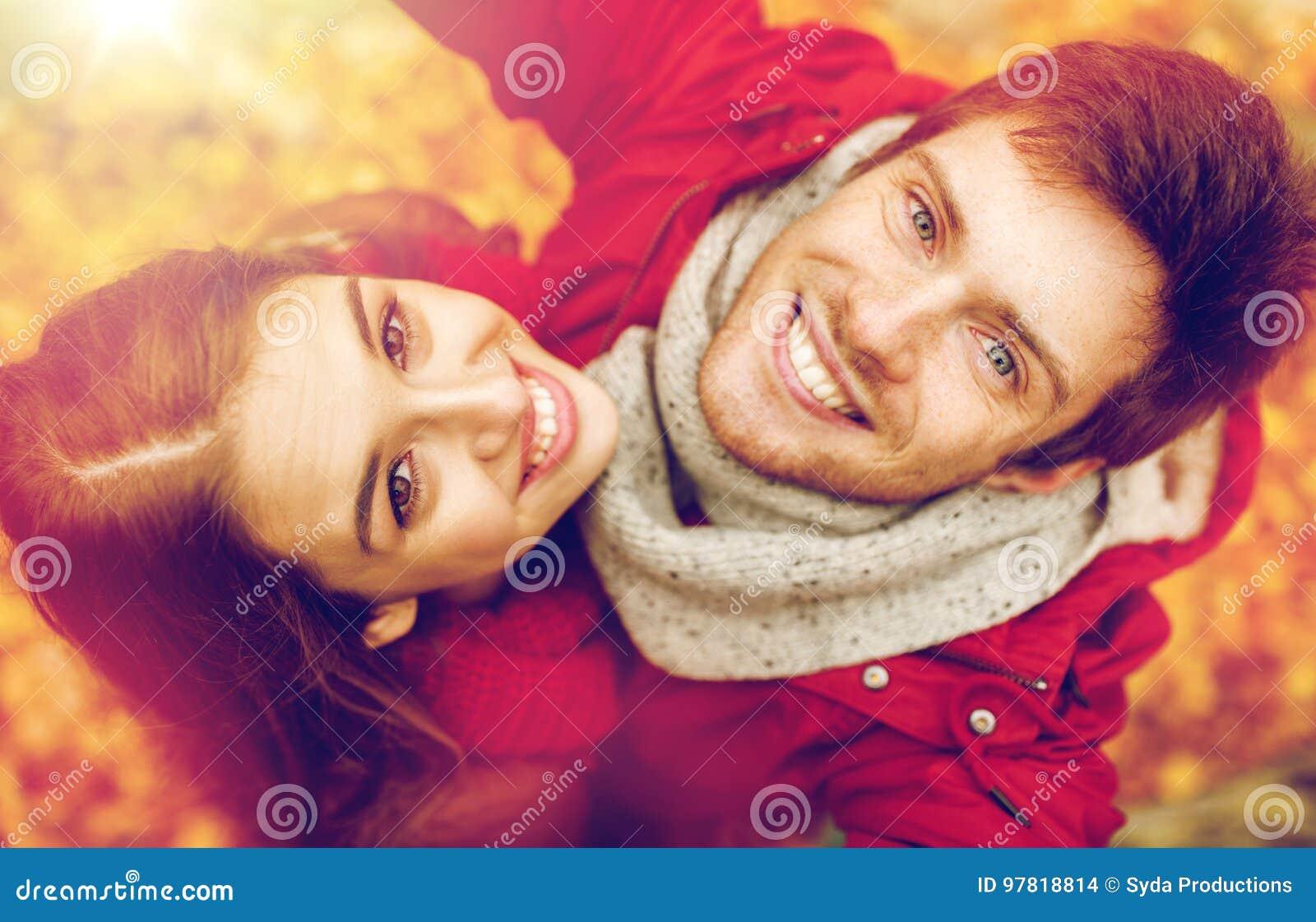 关闭采取selfie的愉快的夫妇秋天