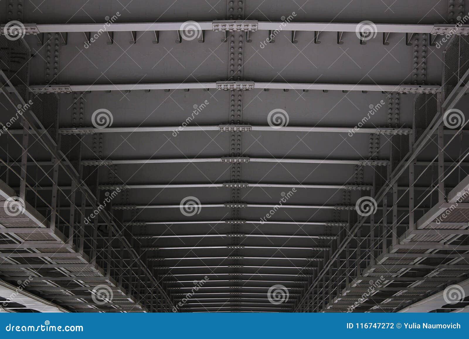 关闭金属桥梁细节的建筑