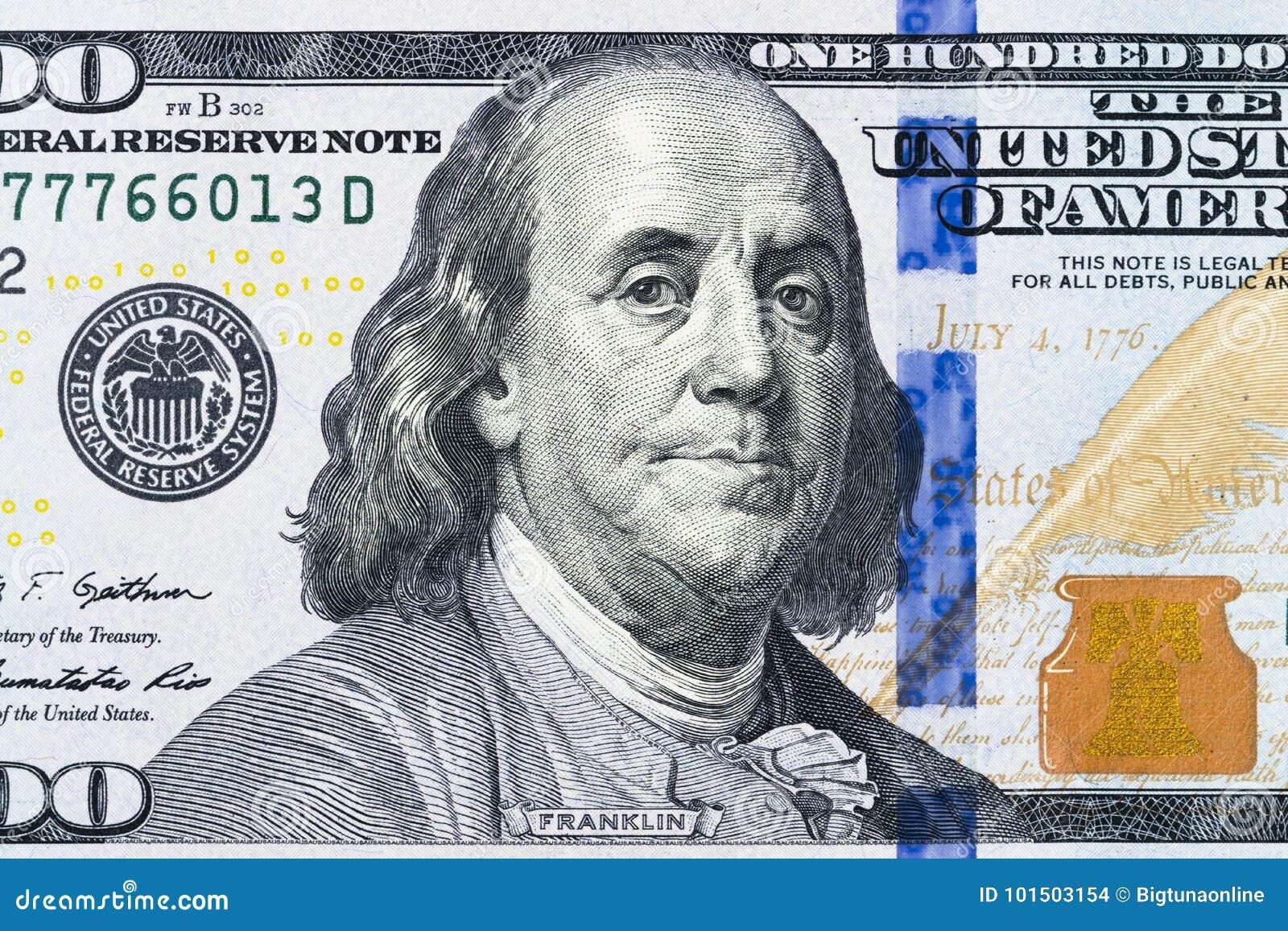 关闭顶上的观点的本杰明・富兰克林面对在100美元票据 美国一百元钞票特写镜头 堆一百