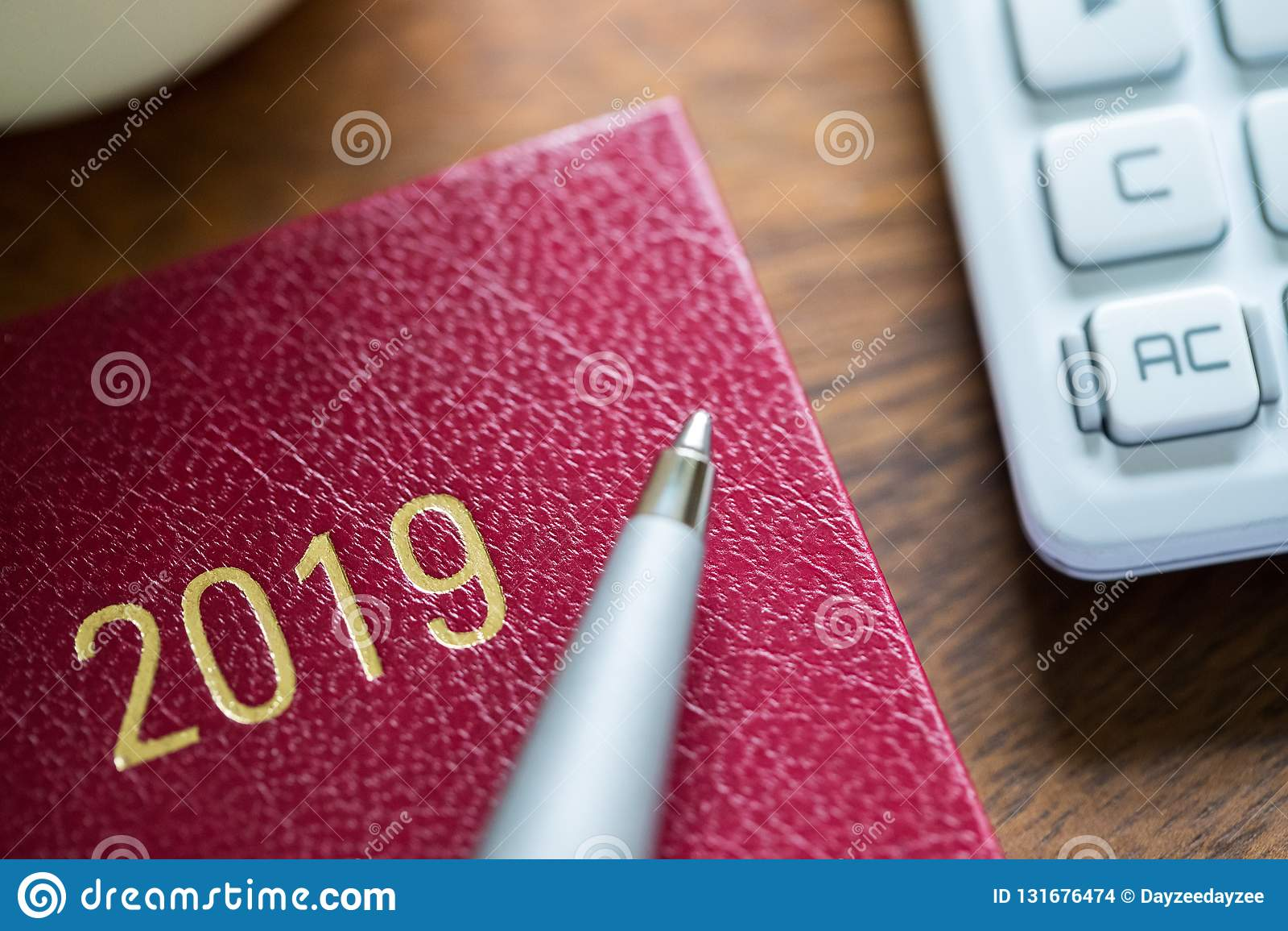 关闭2019年与笔的在木书桌上的日志和计算器
