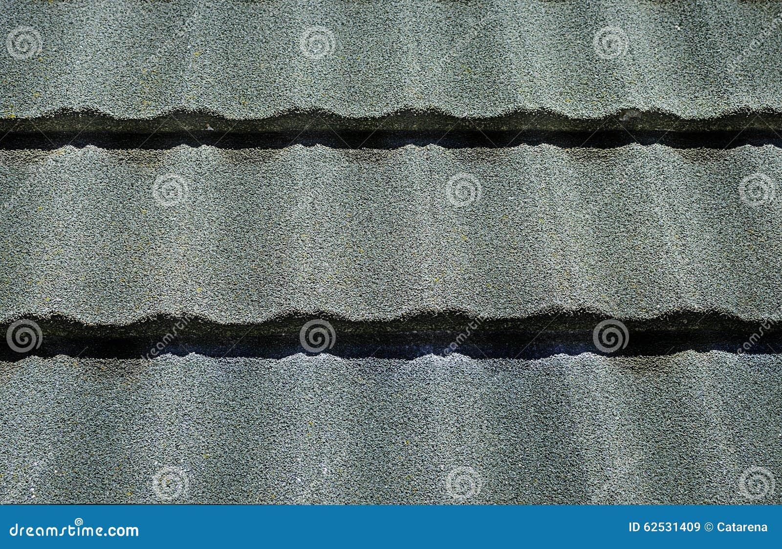 关闭绿色铺磁砖的屋顶