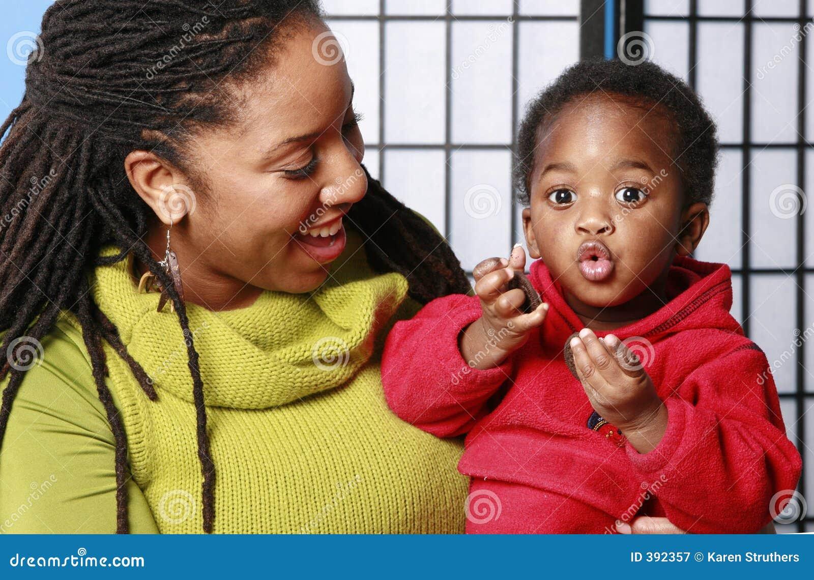 兴奋吃婴孩的曲奇饼