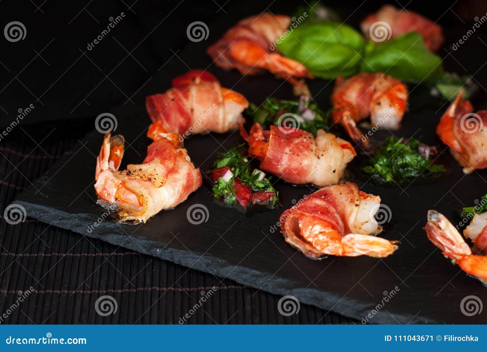 兴致高的用卤汁泡的烟肉被包裹的虾