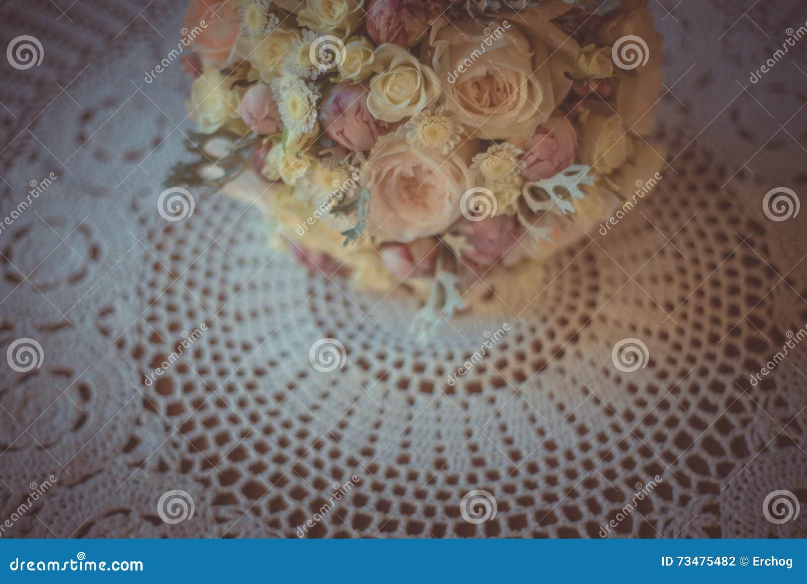 经典和典雅的新娘装饰 花束接近的婚礼