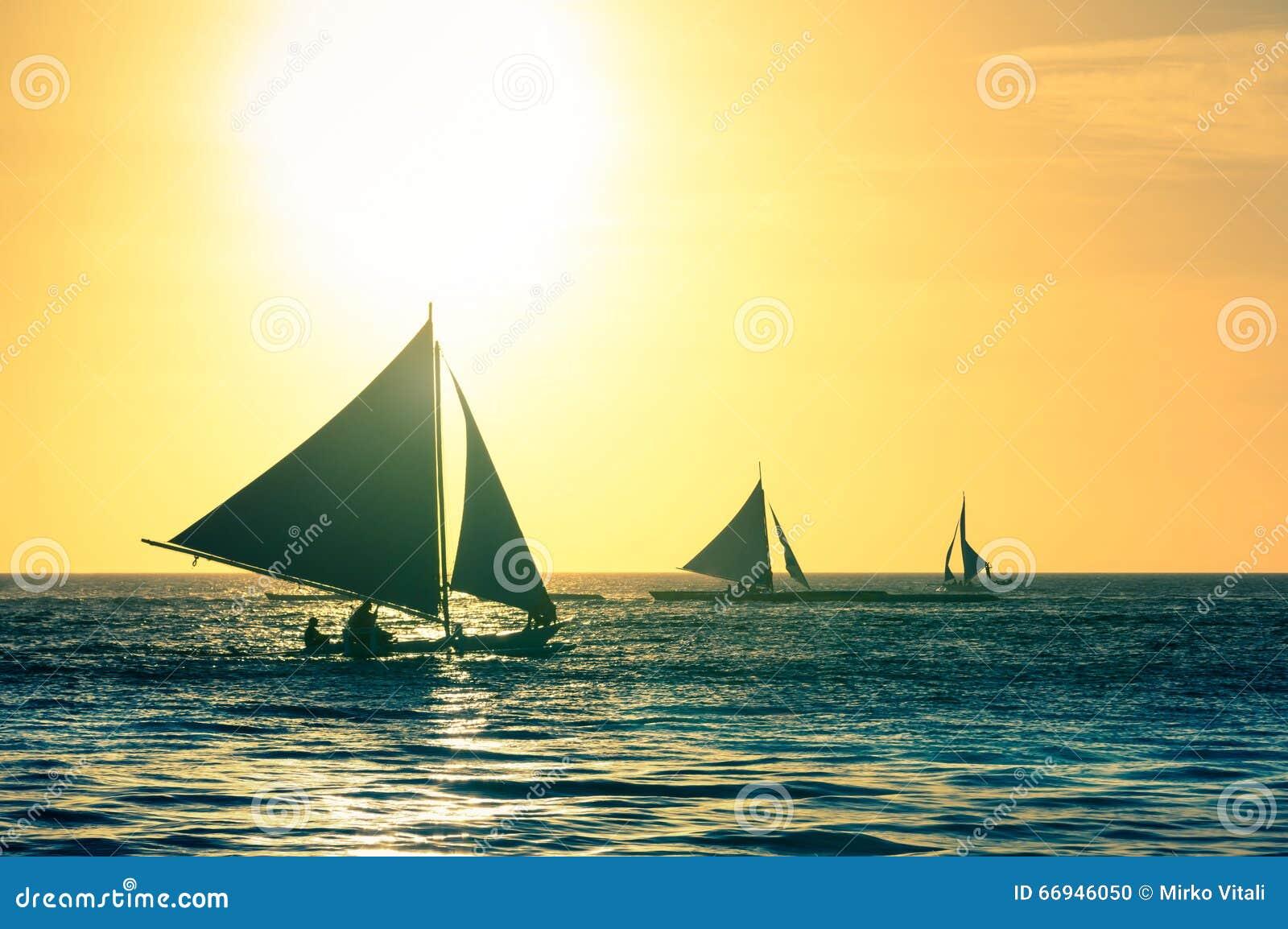 典型的帆船剪影在日落的在博拉凯海岛