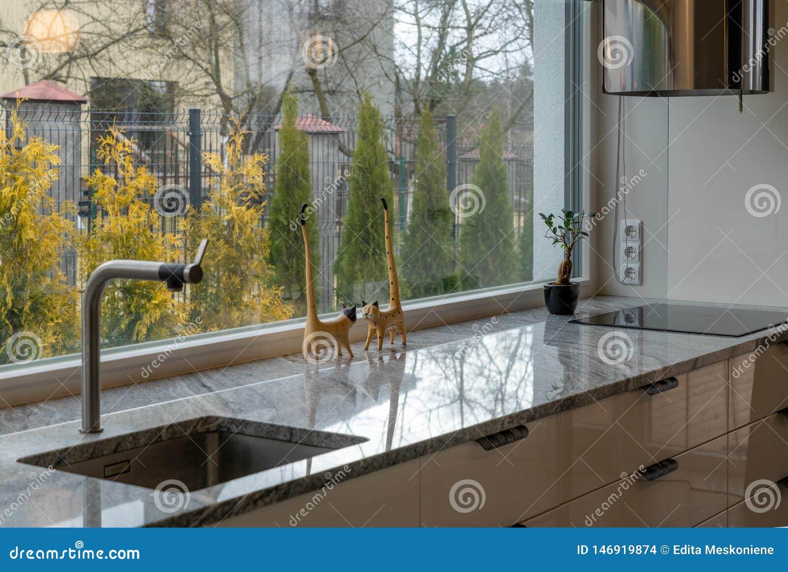 典雅的厨房家具和窗口细节