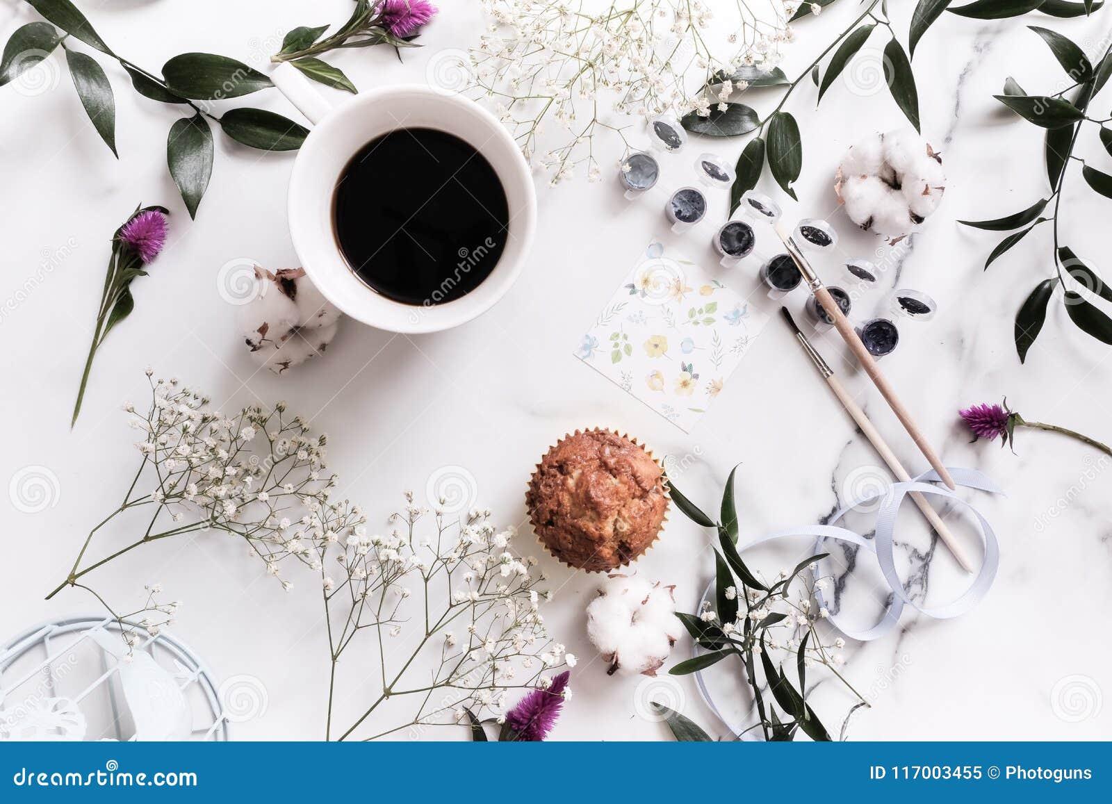 典雅的构成:嫩花,叶子,棉花,油漆,水彩,刷子
